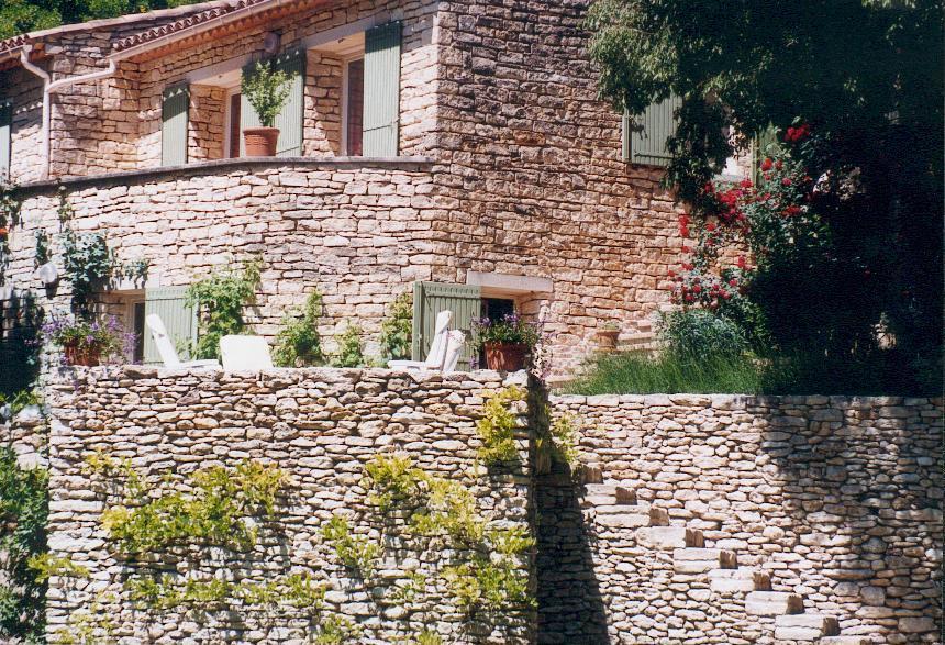Pres de Gordes, en vente,  maison en pierres avec terrasses, parc et piscine