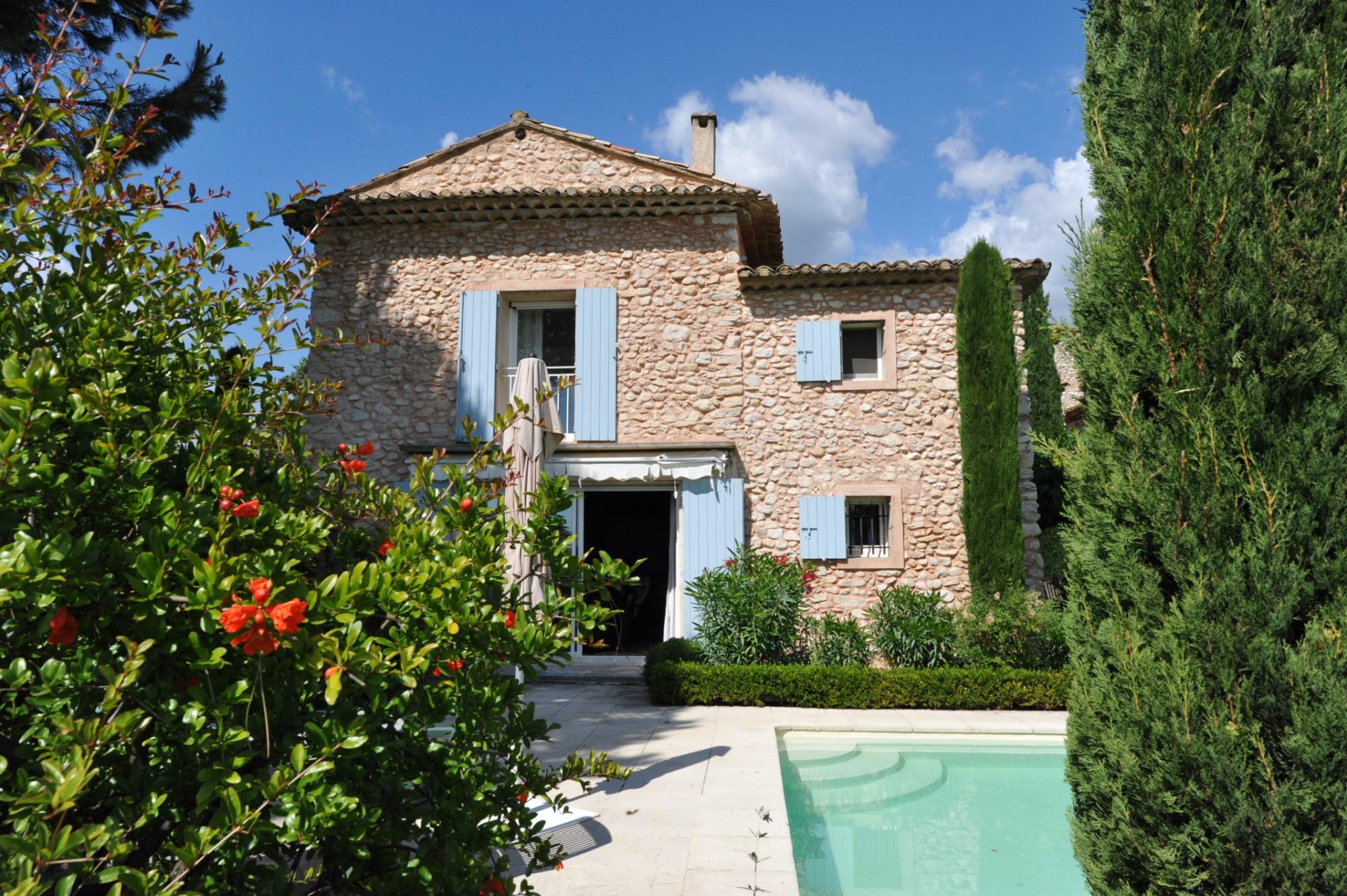 A vendre,  dans un pittoresque hameau, très belle Maison de Maître en pierres avec piscine et parc