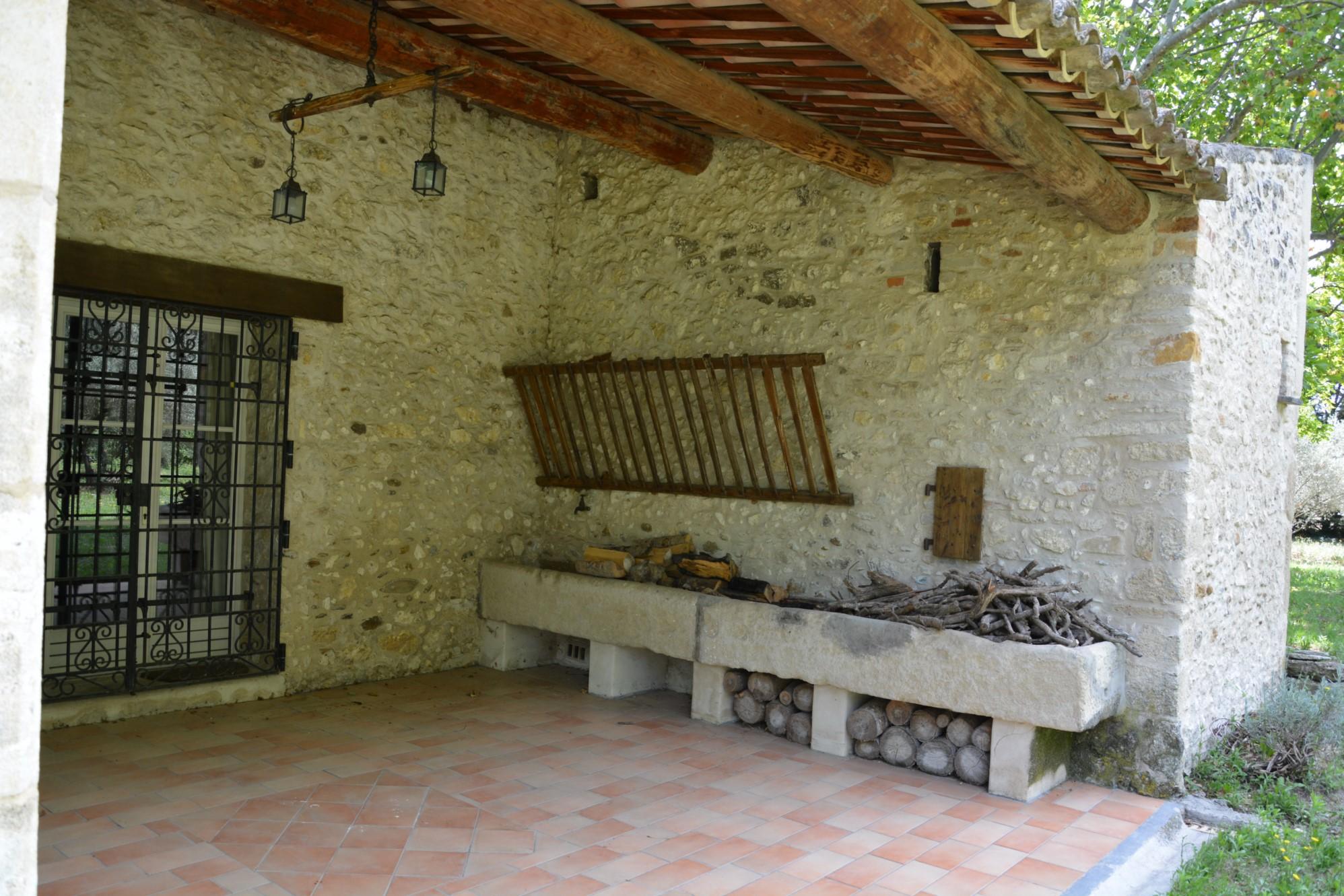En vente,  près d'Avignon, mas provençal rénové avec piscine  sur 1.5 hectare