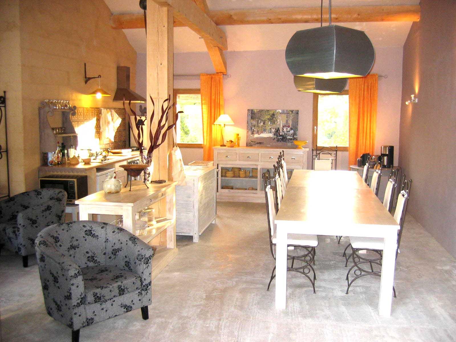 A vendre en Luberon, maison d'hôtes en pierres avec piscine et annexes