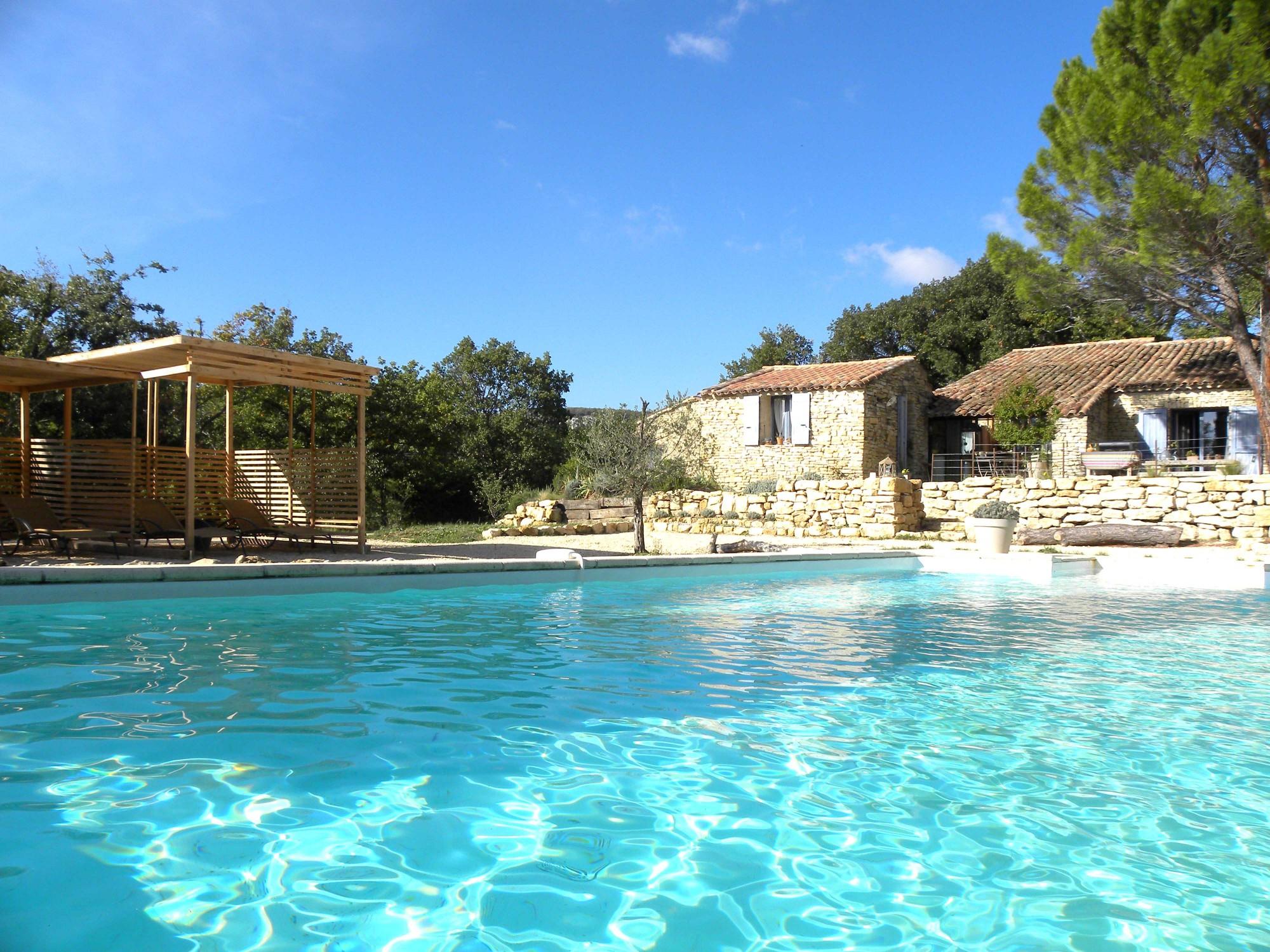 Belle propriété constituée de plusieurs bâtiments et d'une piscine