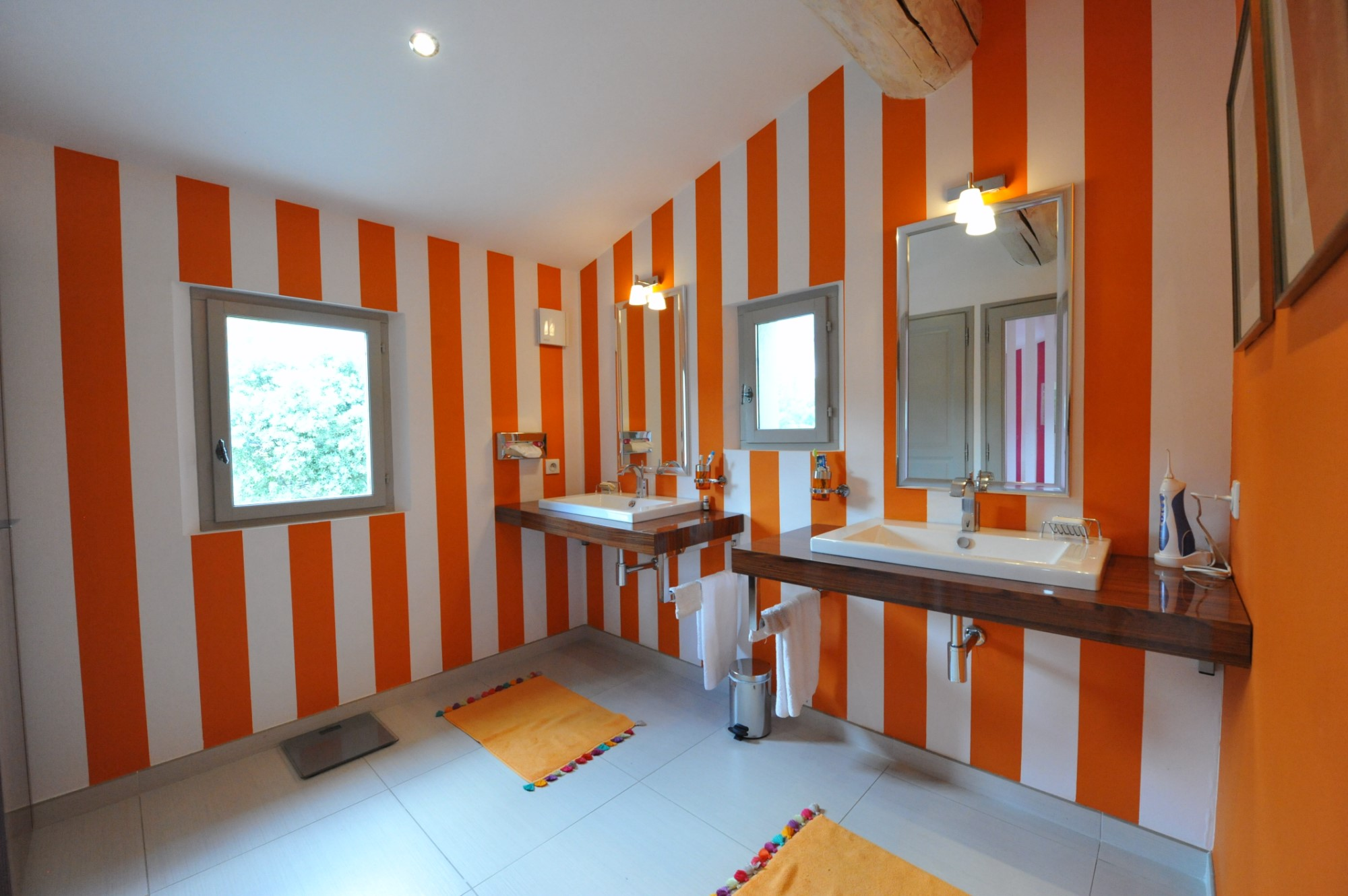 A vendre,  en Luberon, superbe propriété contemporaine sur environ 2 hectares face au Luberon