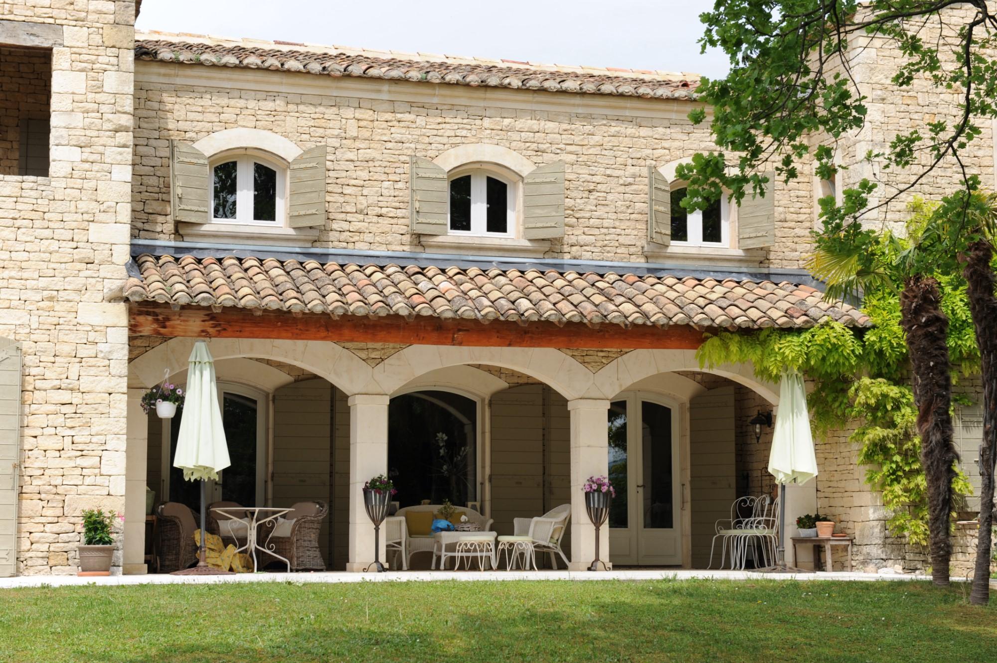Maison en pierre rénovée avec vue sur le Luberon et les Alpilles sur 1.2 hectares