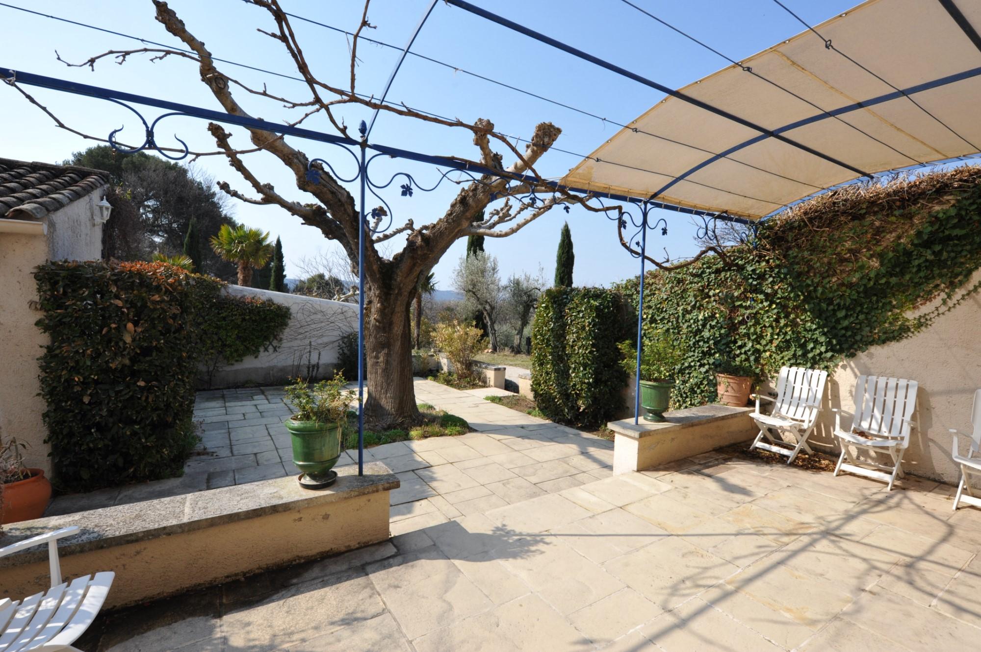 Au sud du Luberon,  à vendre, grand mas avec 2 piscines,  sur 3,7 hectares clos