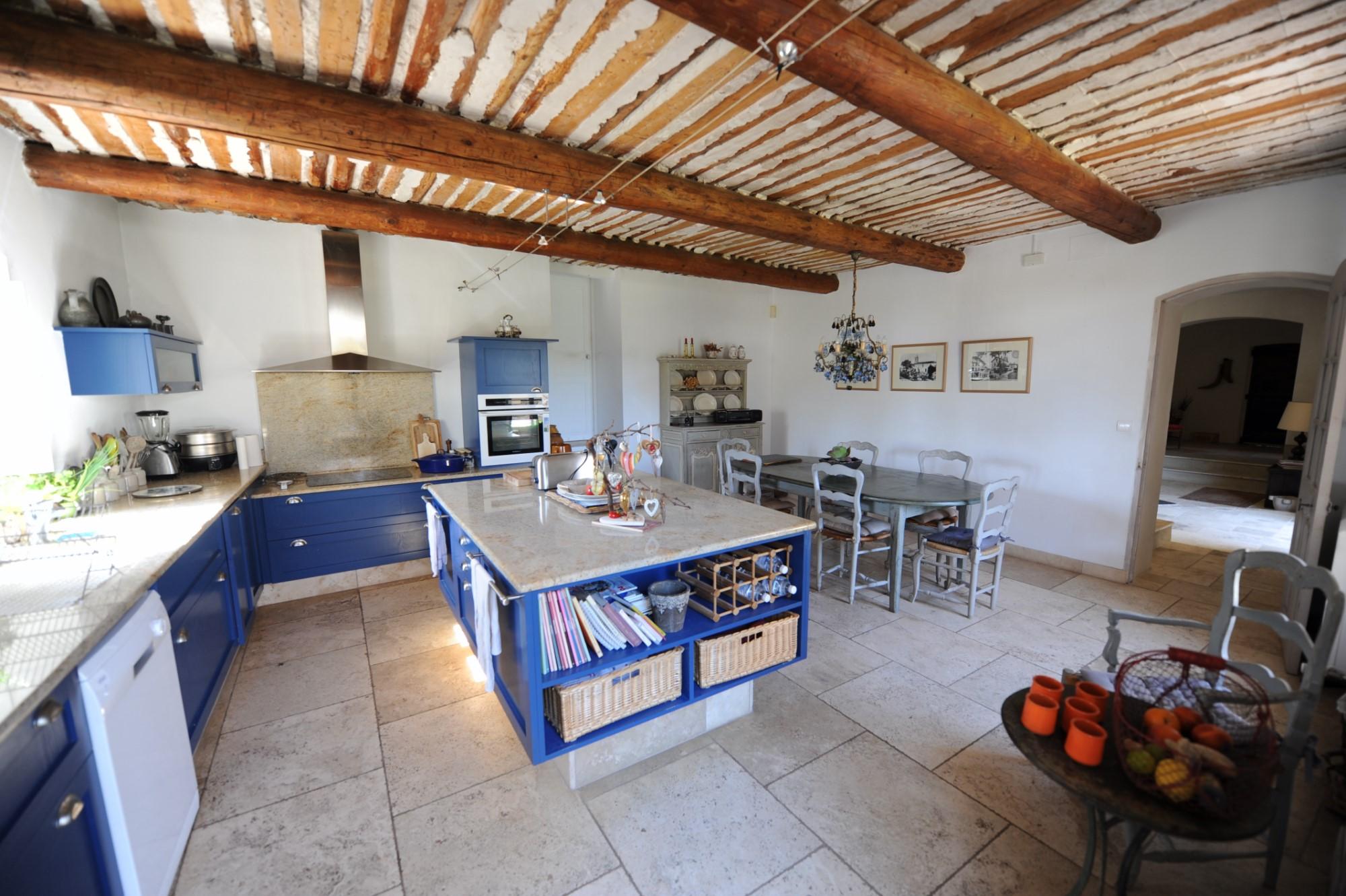 Authentique mas rénové avec cour intérieure et belles vues à vendre en Luberon