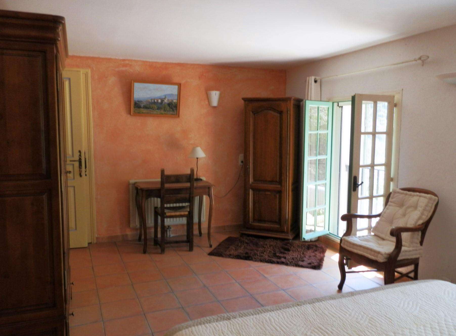A vendre aux pieds des collines des Monts de Vaucluse, mas rénové avec piscine et vue