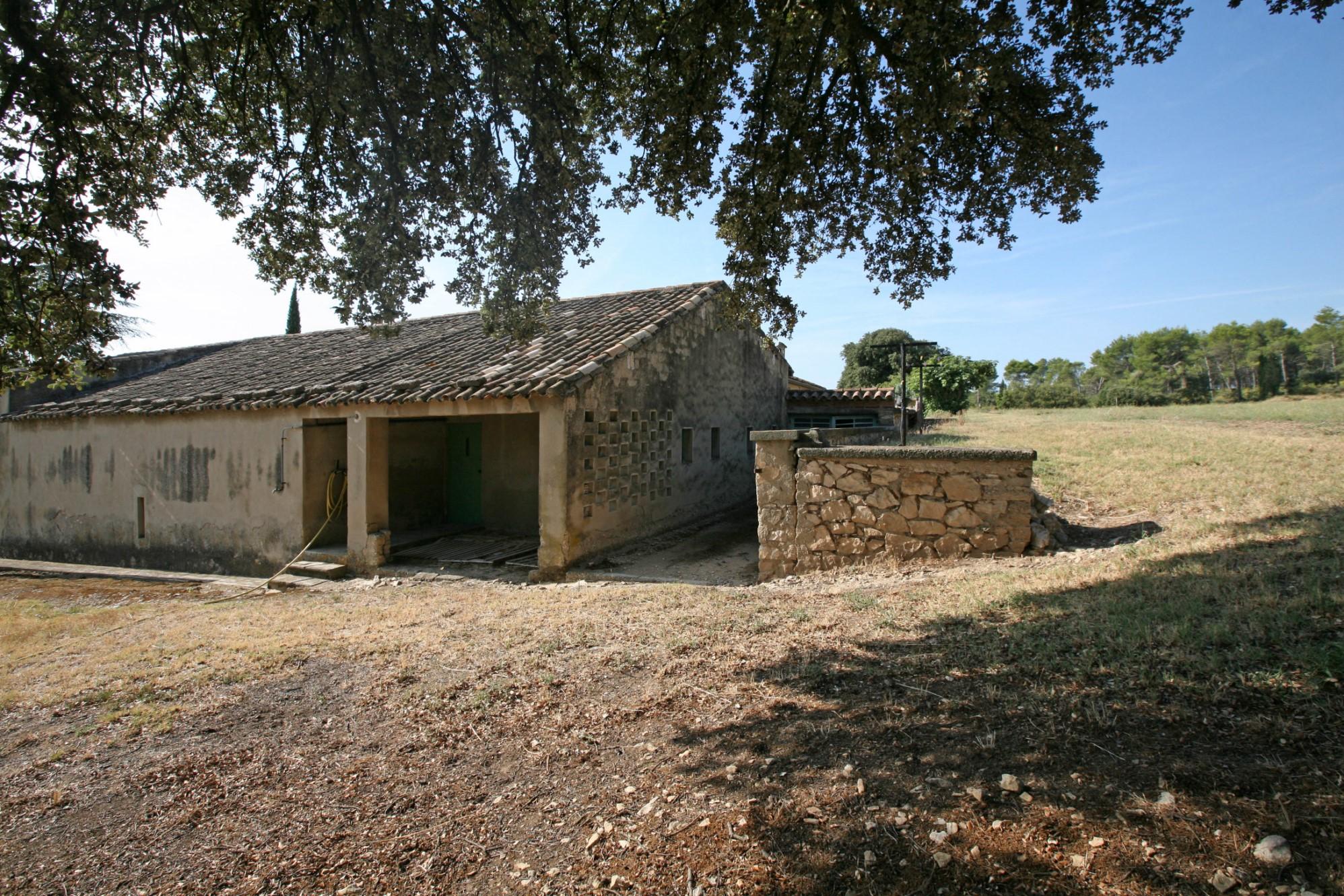 A vendre entre Alpilles et Luberon, domaine de 7,38 hectares avec plus de 600 m² de bâti