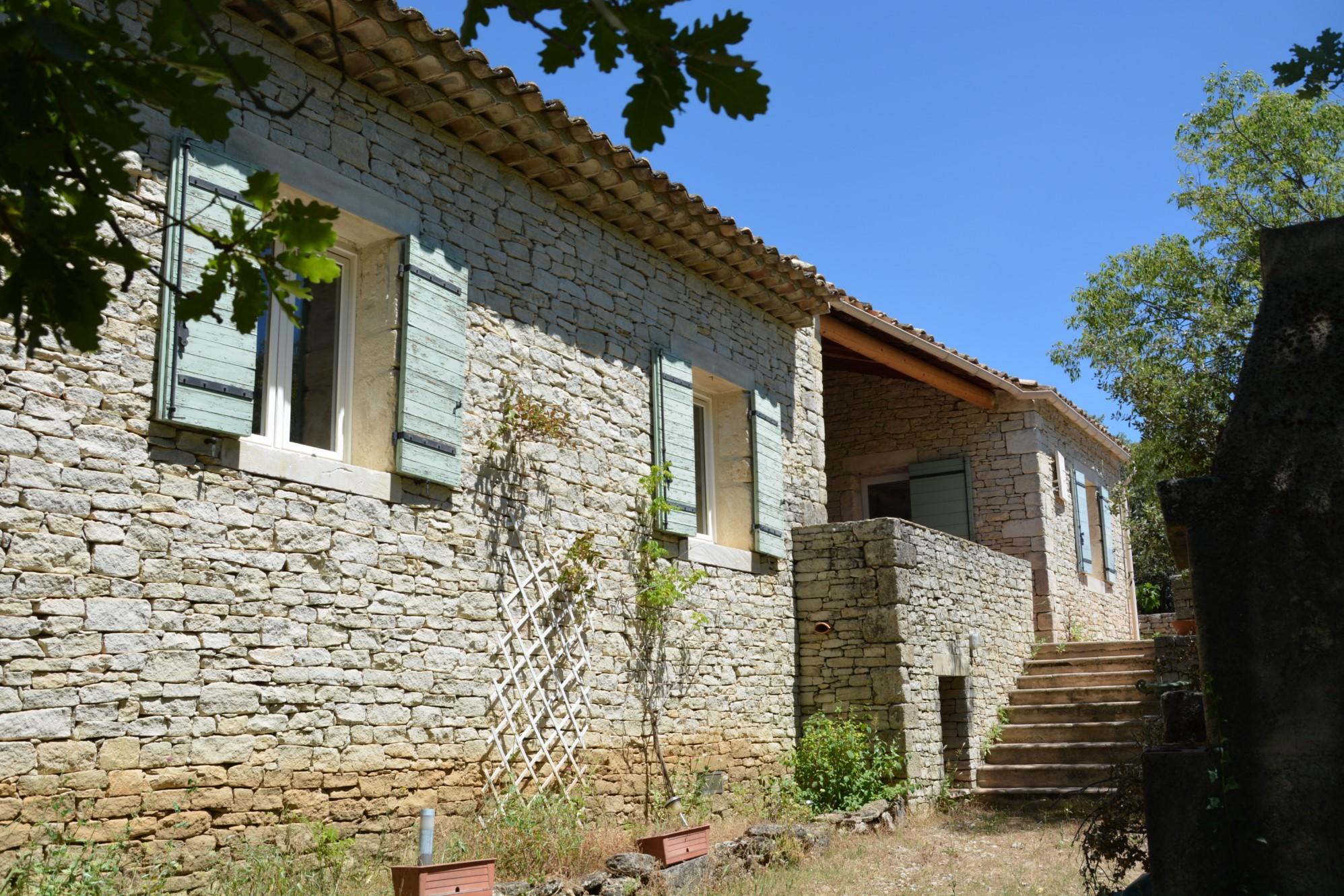 Secteur Gordes, maison en pierres à vendre dans un bel environnement