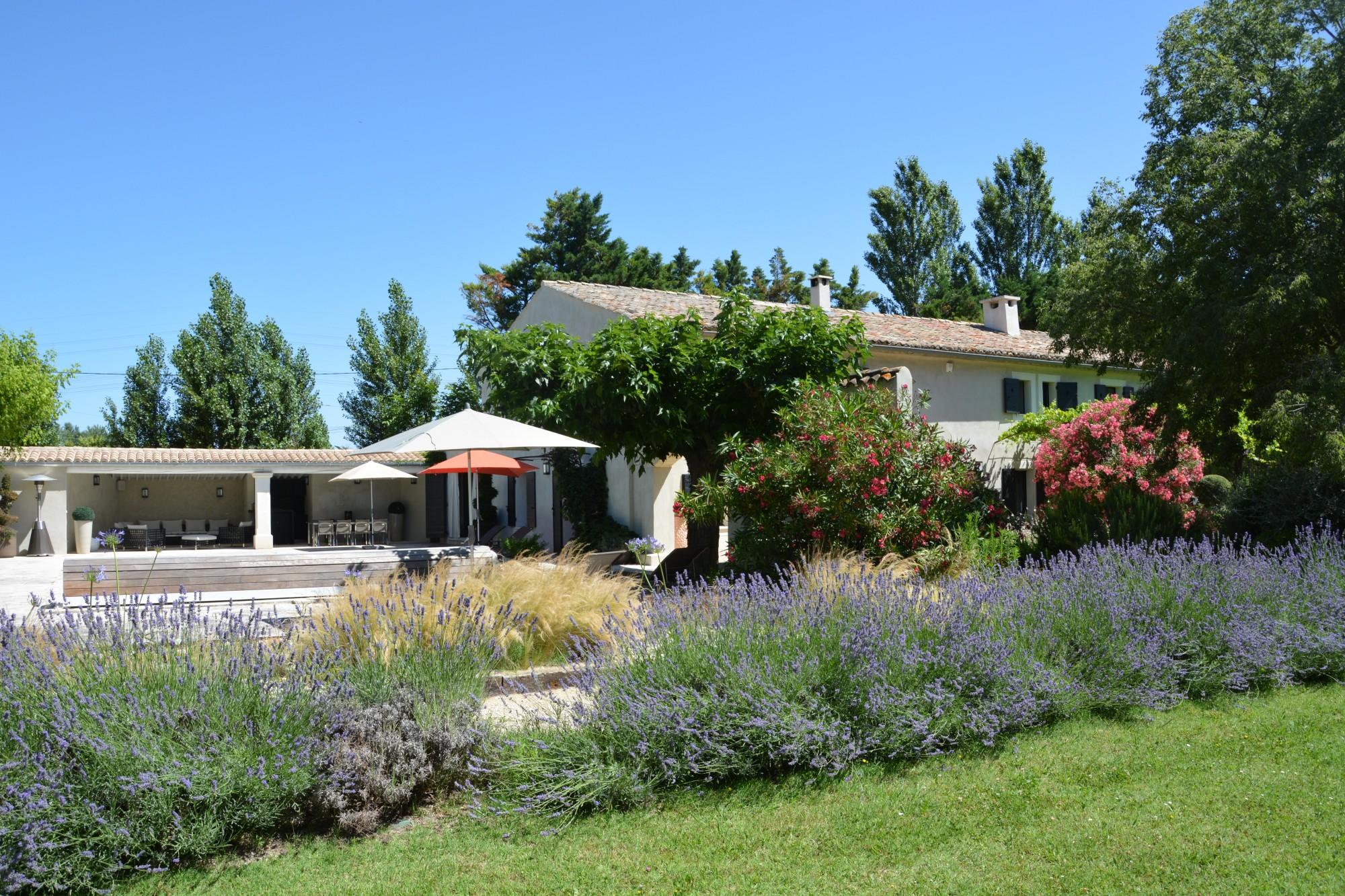 A vendre dans les Alpilles, entre St-Rémy-de-Provence et Avignon, mas rénové avec soin