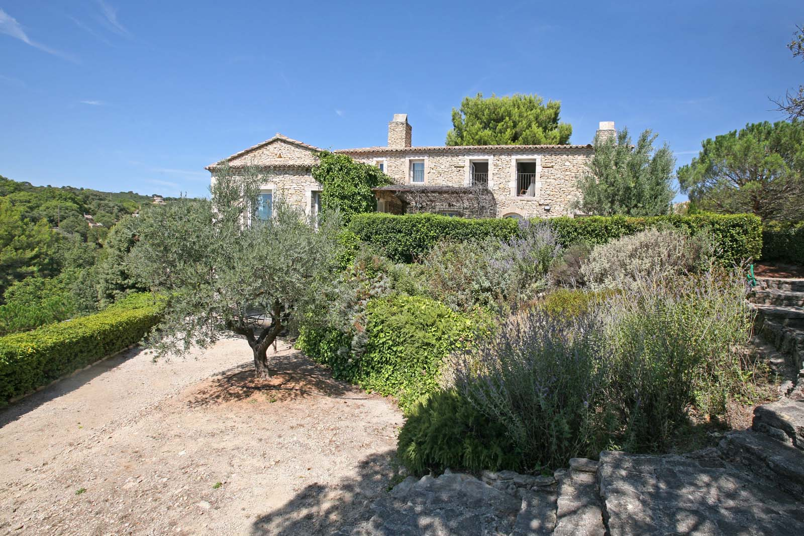 A vendre sur Gordes, accès au village à pied, propriété avec piscine et vues