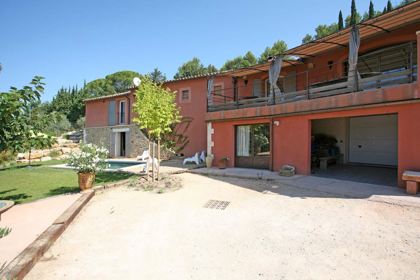 En bordure d'un village prisé du Luberon, maison avec piscine à vendre