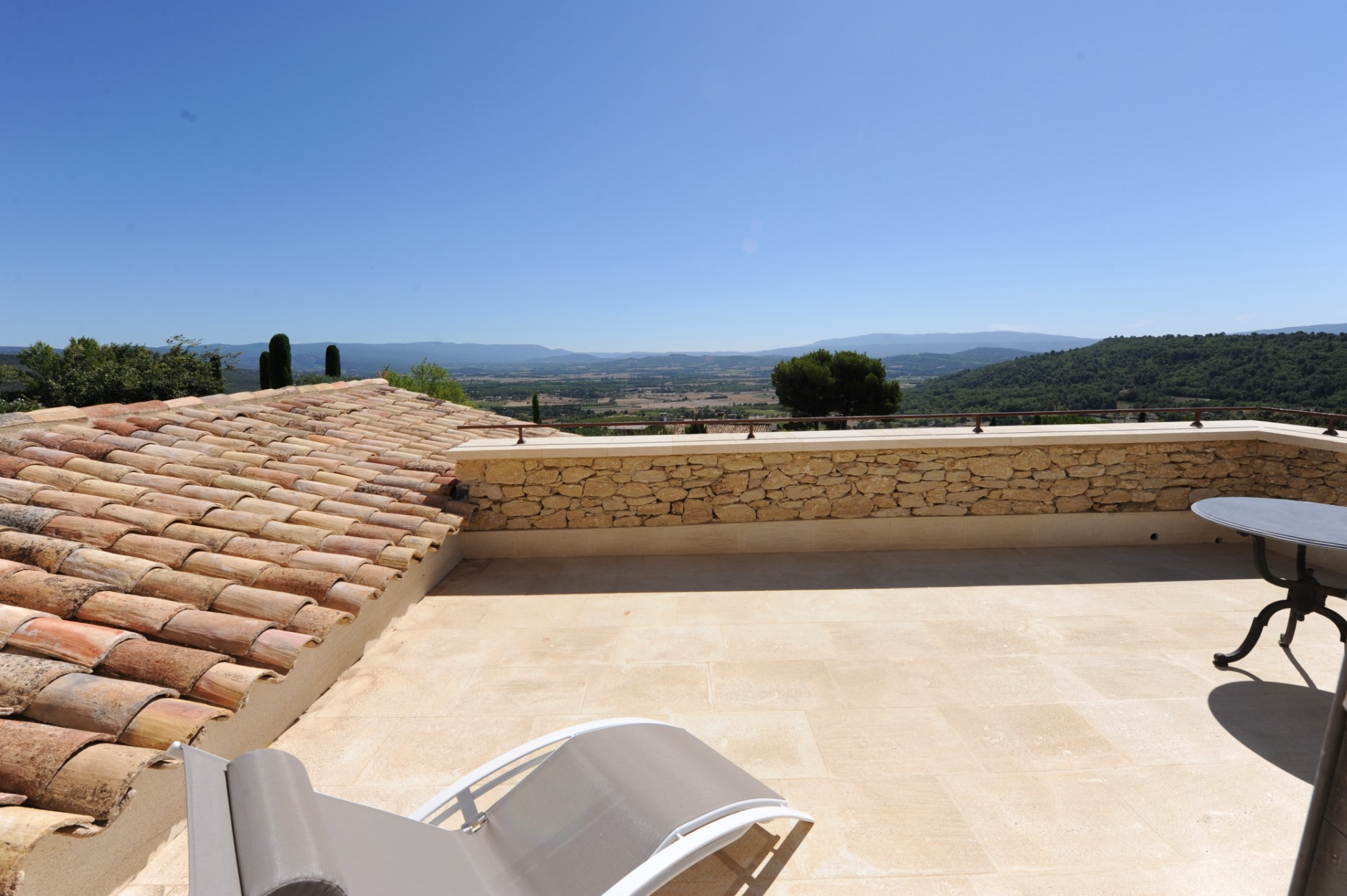For sale, fully furnished prestigious property with great views over the Luberon valley