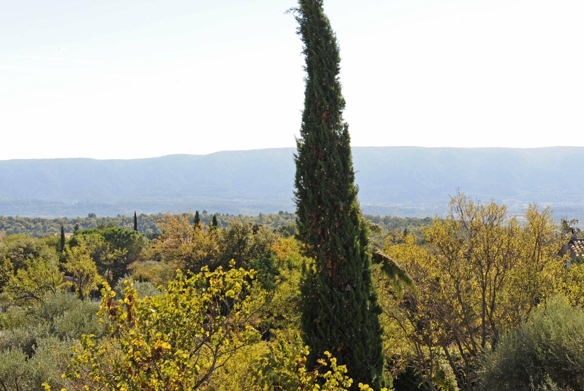 Proche du cœur du village de Gordes, propriété avec vue à vendre