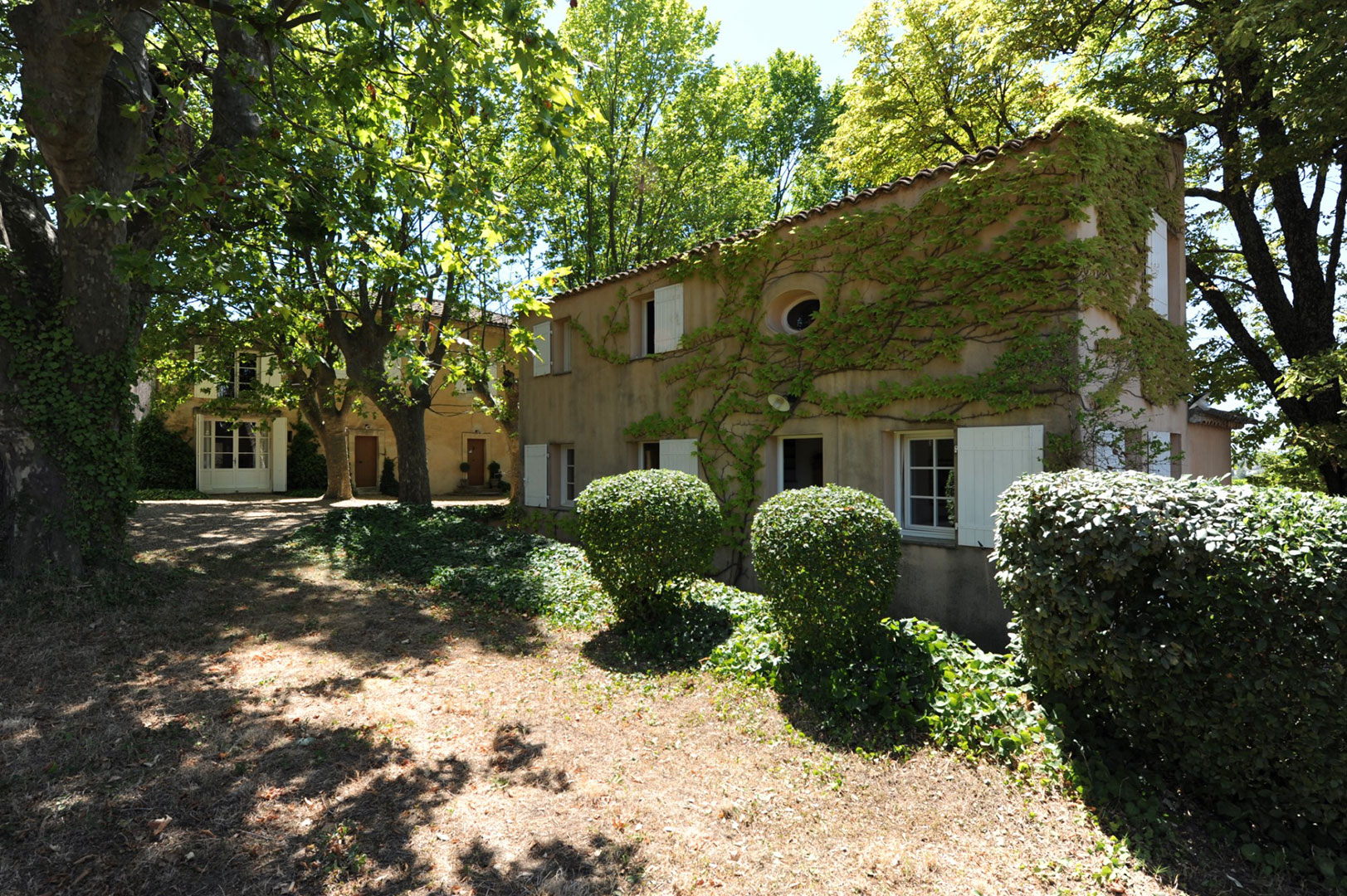 Provençal country house with swimming pool for sale in the heart of the Luberon
