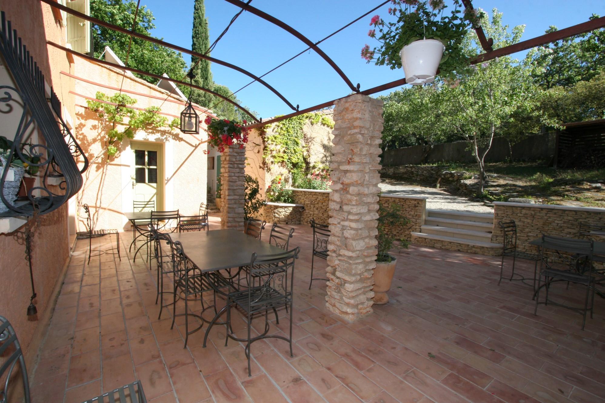 Ferme rénovée avec gîte à vendre en Provence