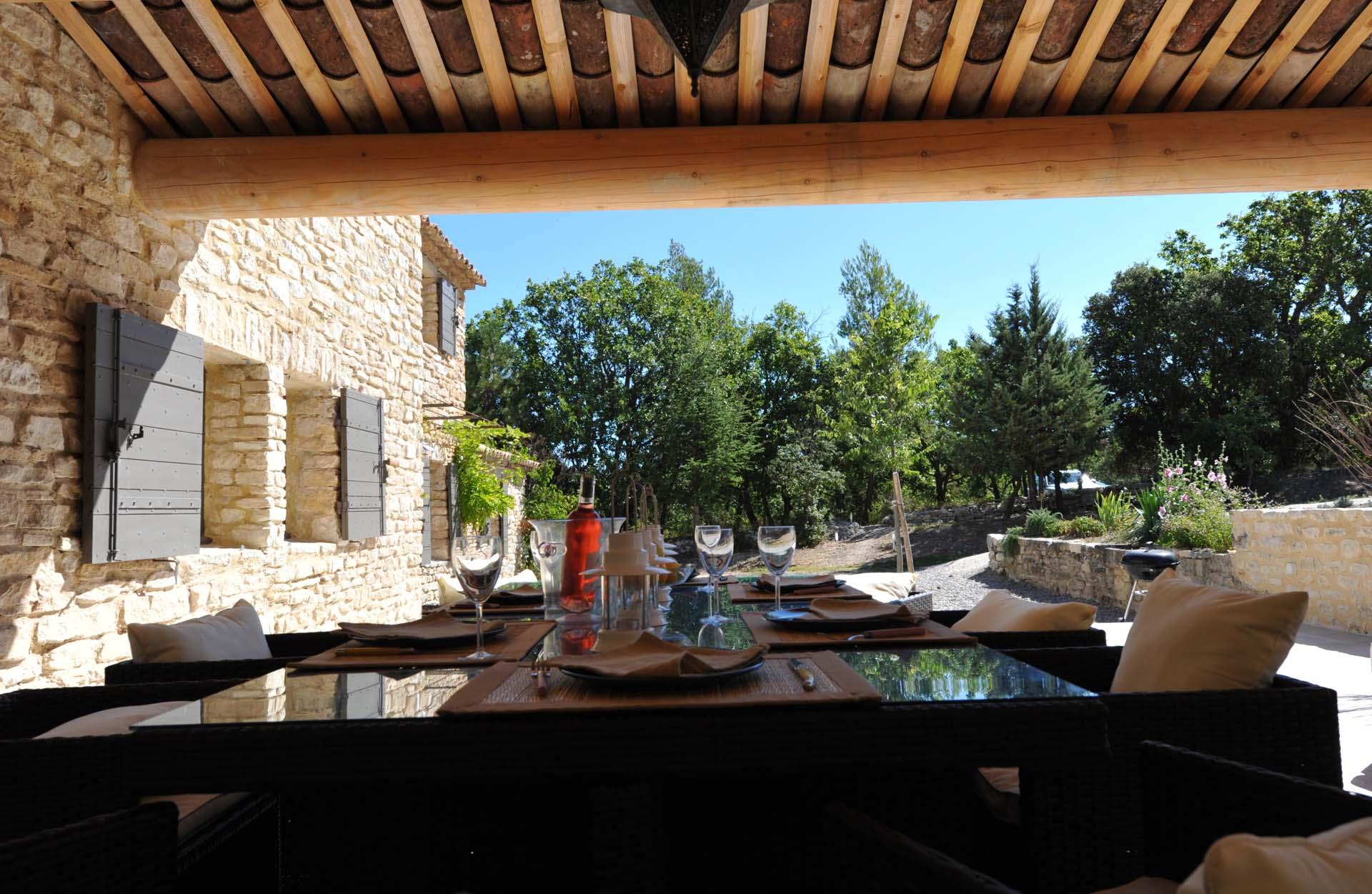 Vue depuis l'auvent vers la maison, un paradis en Luberon