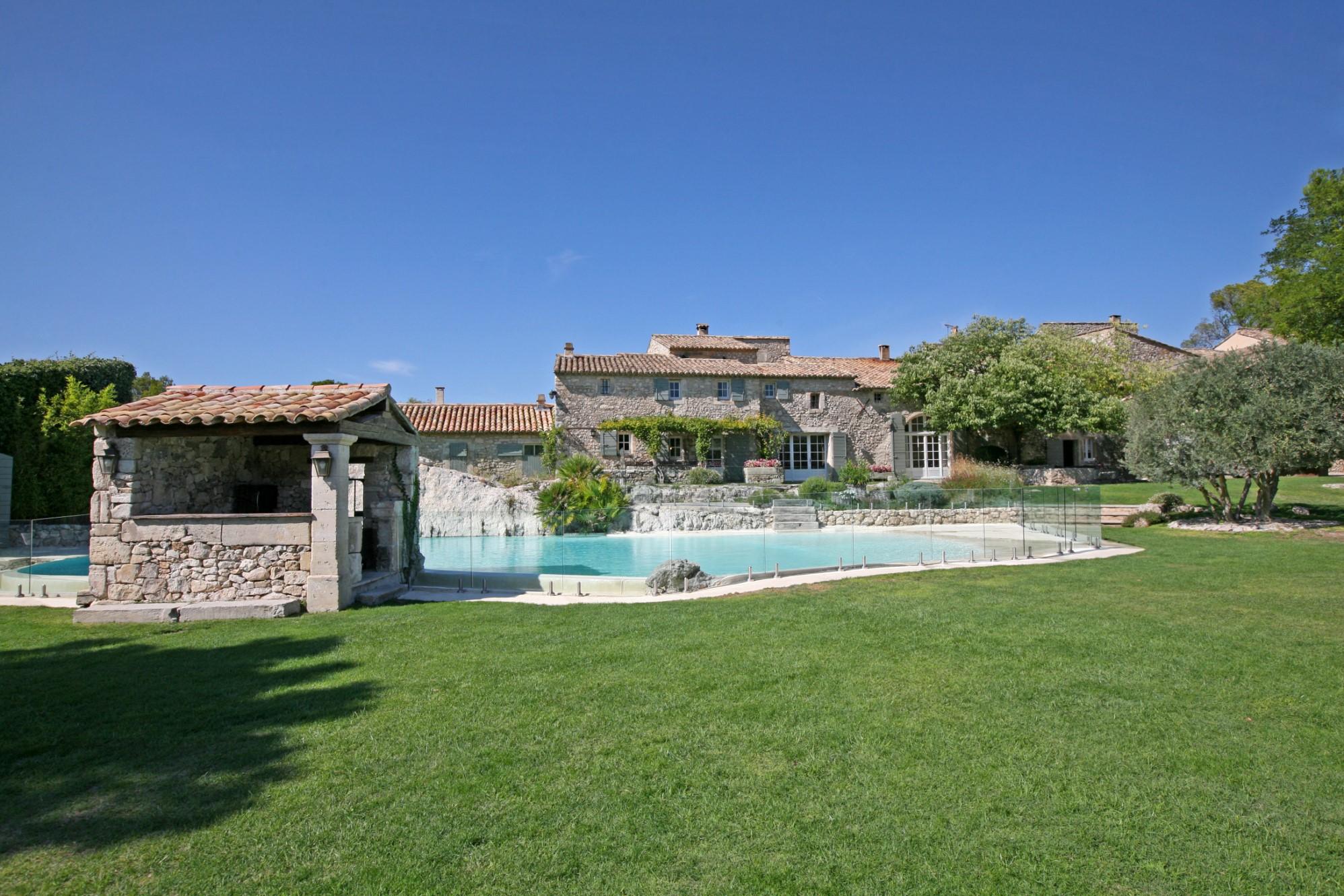 Chambres d'hôtes et restaurant avec piscine à vendre dans les Alpilles