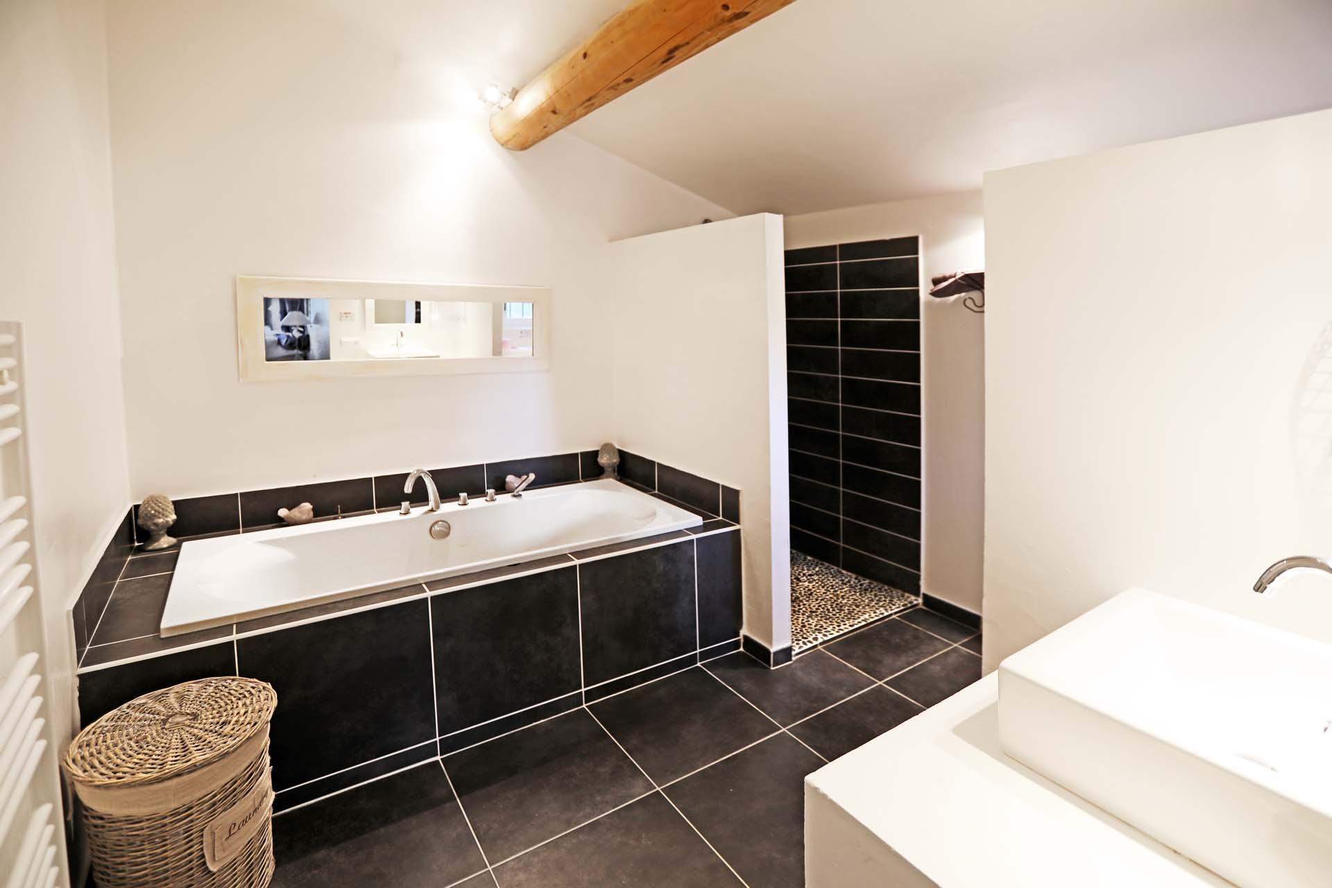 La salle de bains de la chambre du bas