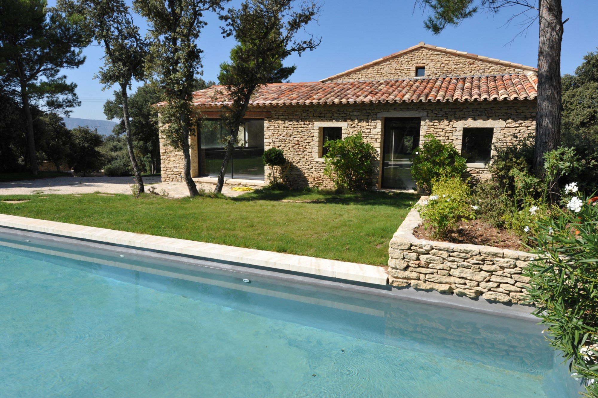 Ventes a vendre gordes maison contemporaine avec piscine for Prix maison cubique contemporaine