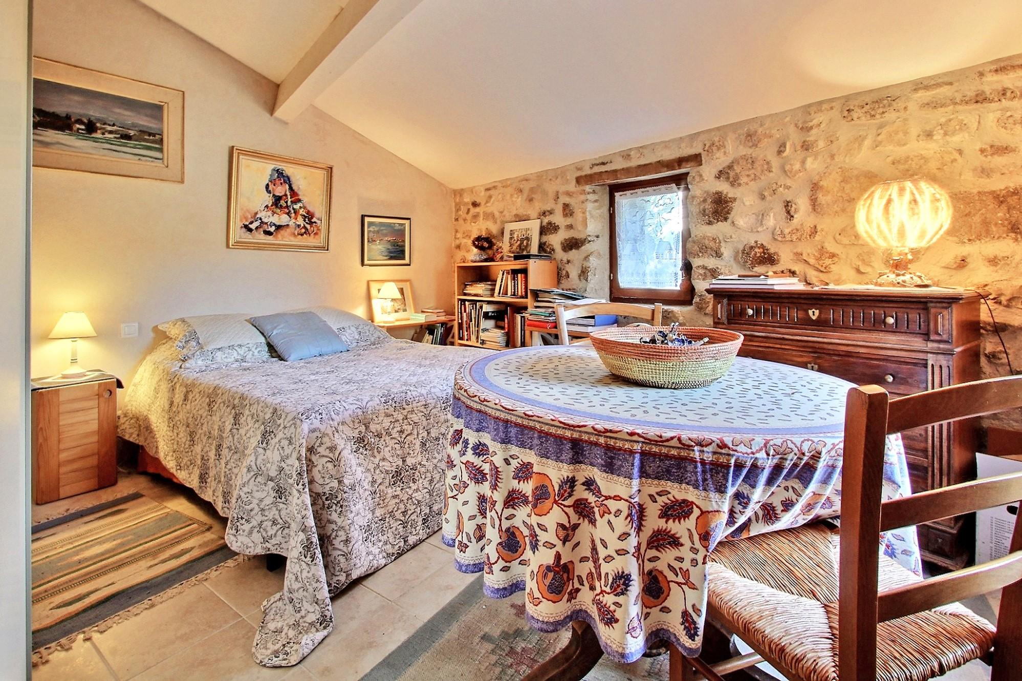 Belle maison de hameau avec 500 m² de jardin à vendre au coeur du Luberon