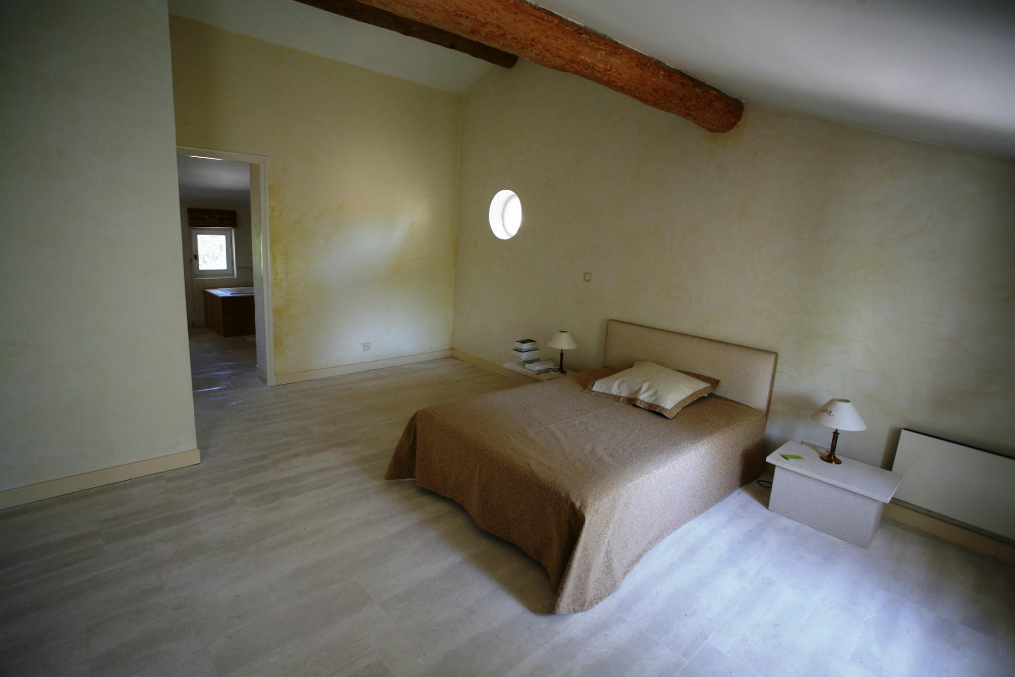 Grande chambre rénovée dans mas ancien en Provence