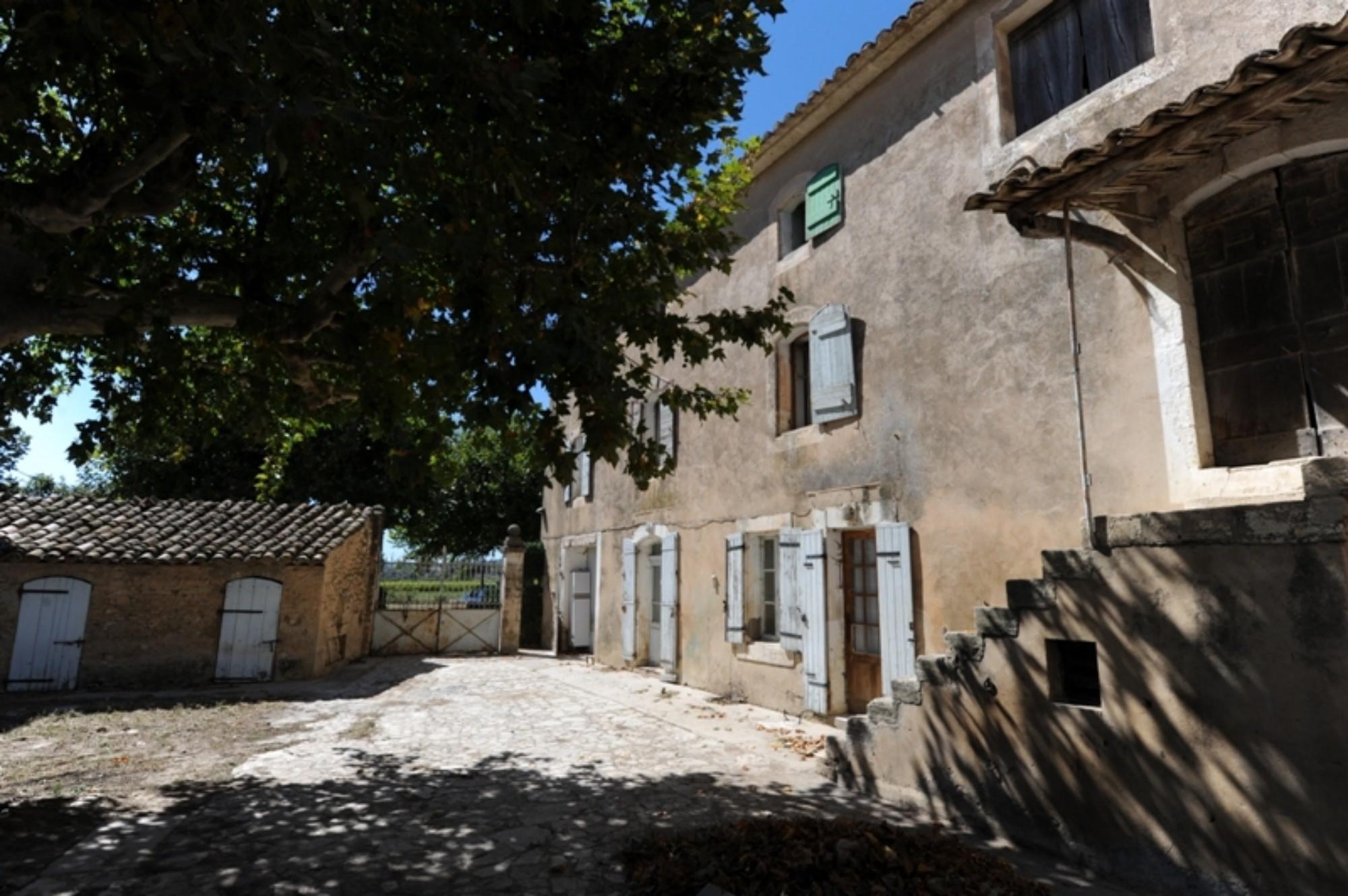 A vendre en Luberon, authentique mas à restaurer sur plus de 14 hectares