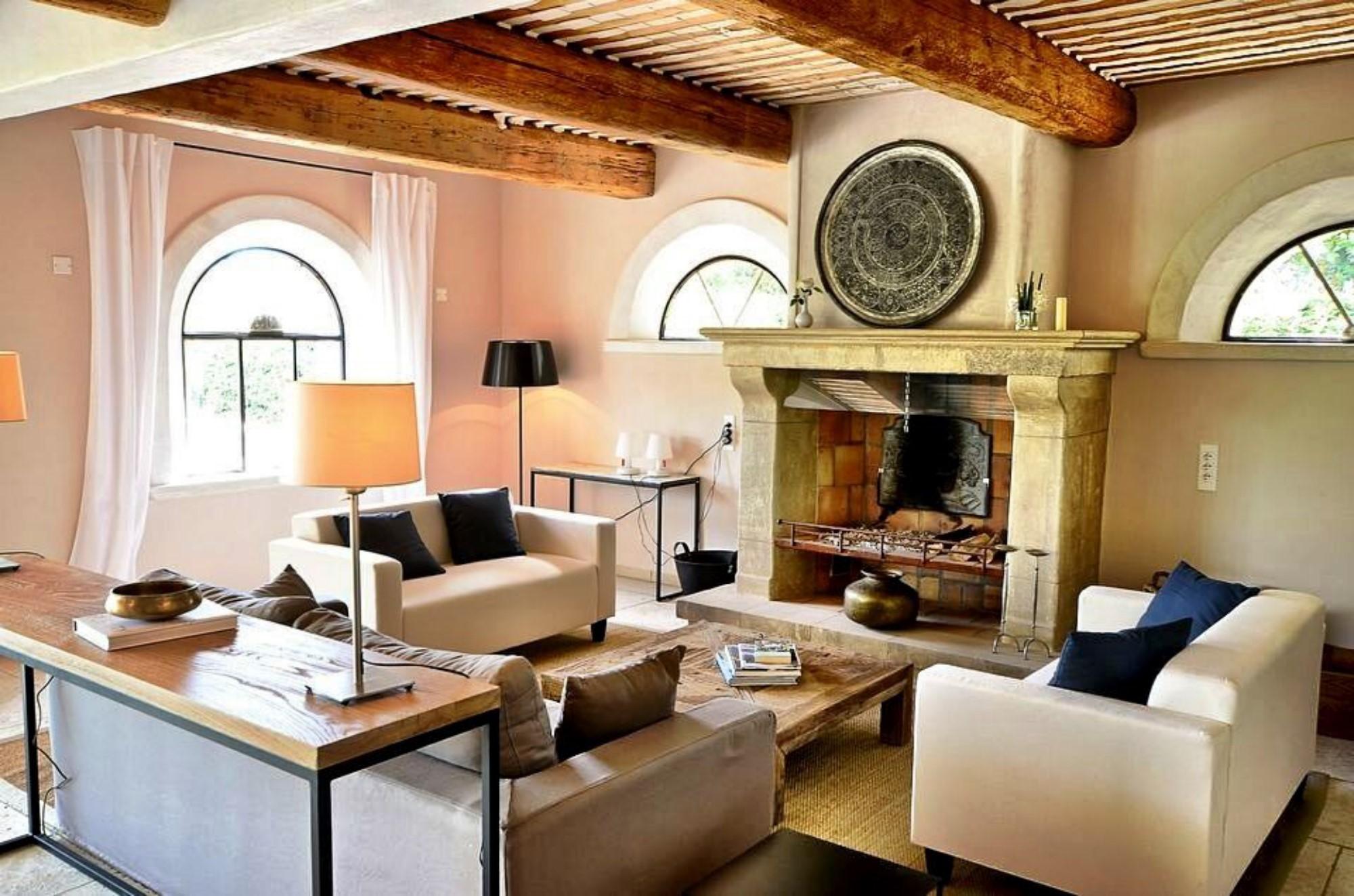 A vendre, hameau privé de quatre maisons avec piscines face au Luberon