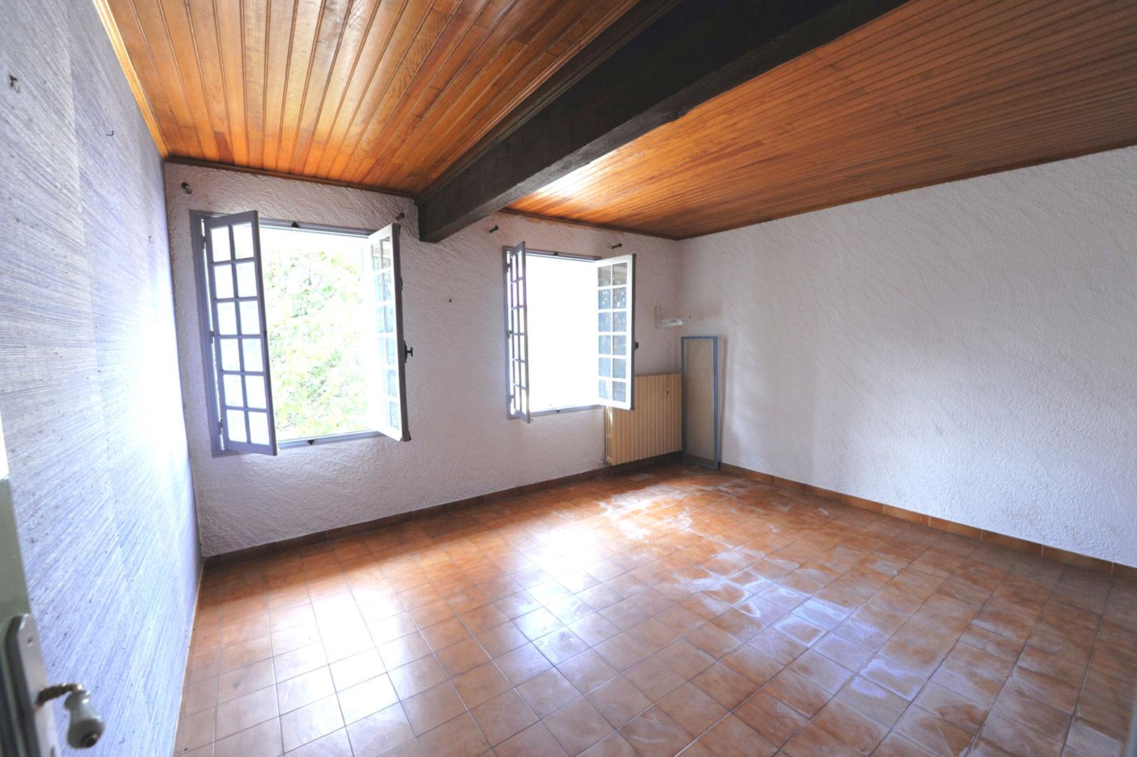 A vendre au cœur du Luberon, maison avec local commercial   et piscine