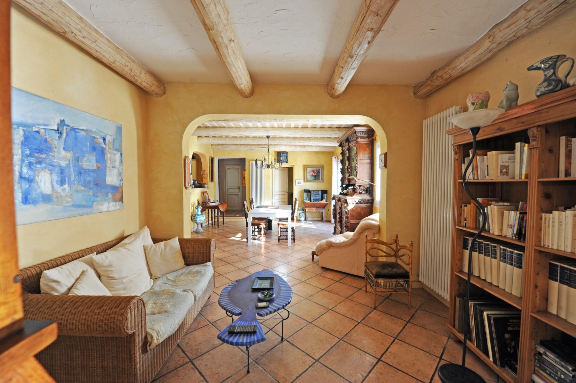 A vendre à Isle-sur-la-Sorgue, villa de plain pied en pierre avec piscine