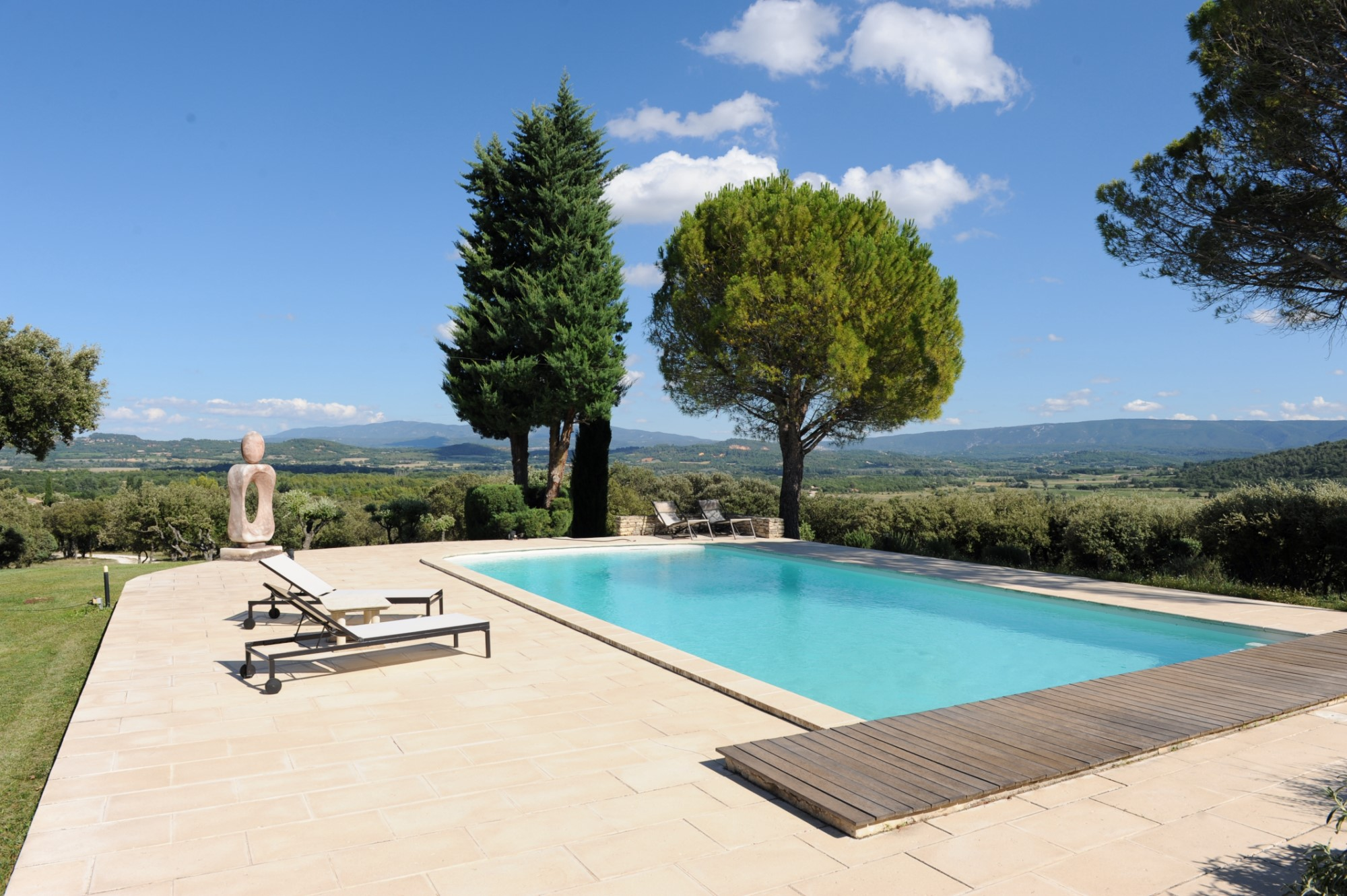 Maison contemporaine avec piscine et vue en Provence