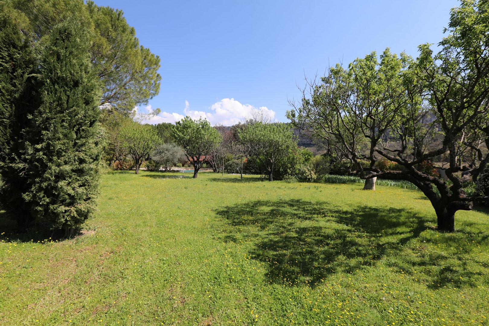 Au coeur du Luberon, 2 maisons sur un terrain paysagé de plus de 4000 m², avec piscine