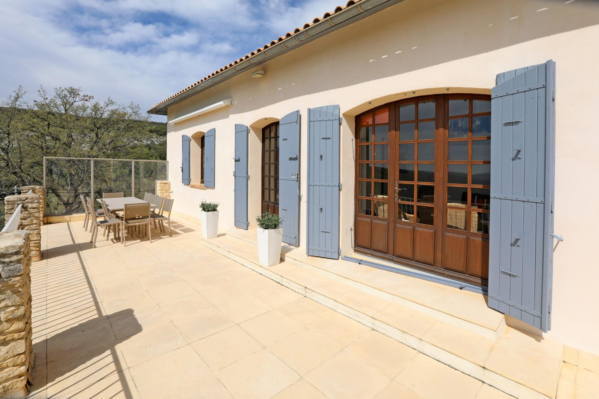 Grande maison avec piscine et superbe vue, à la vente dans le Luberon