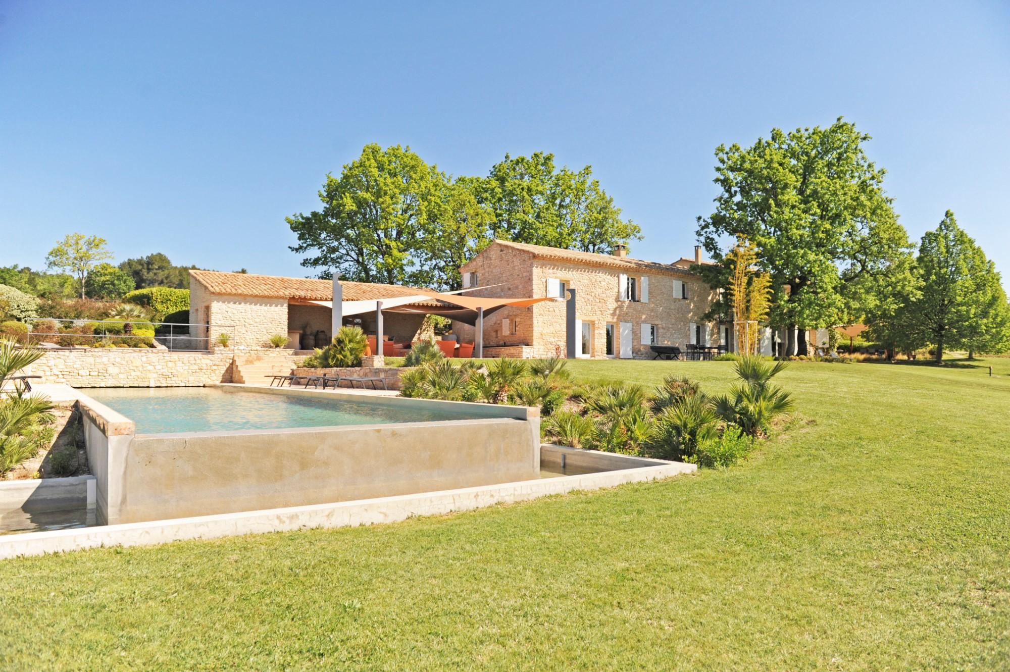 Propriété d'agrément avec piscine et dépendances en Provence
