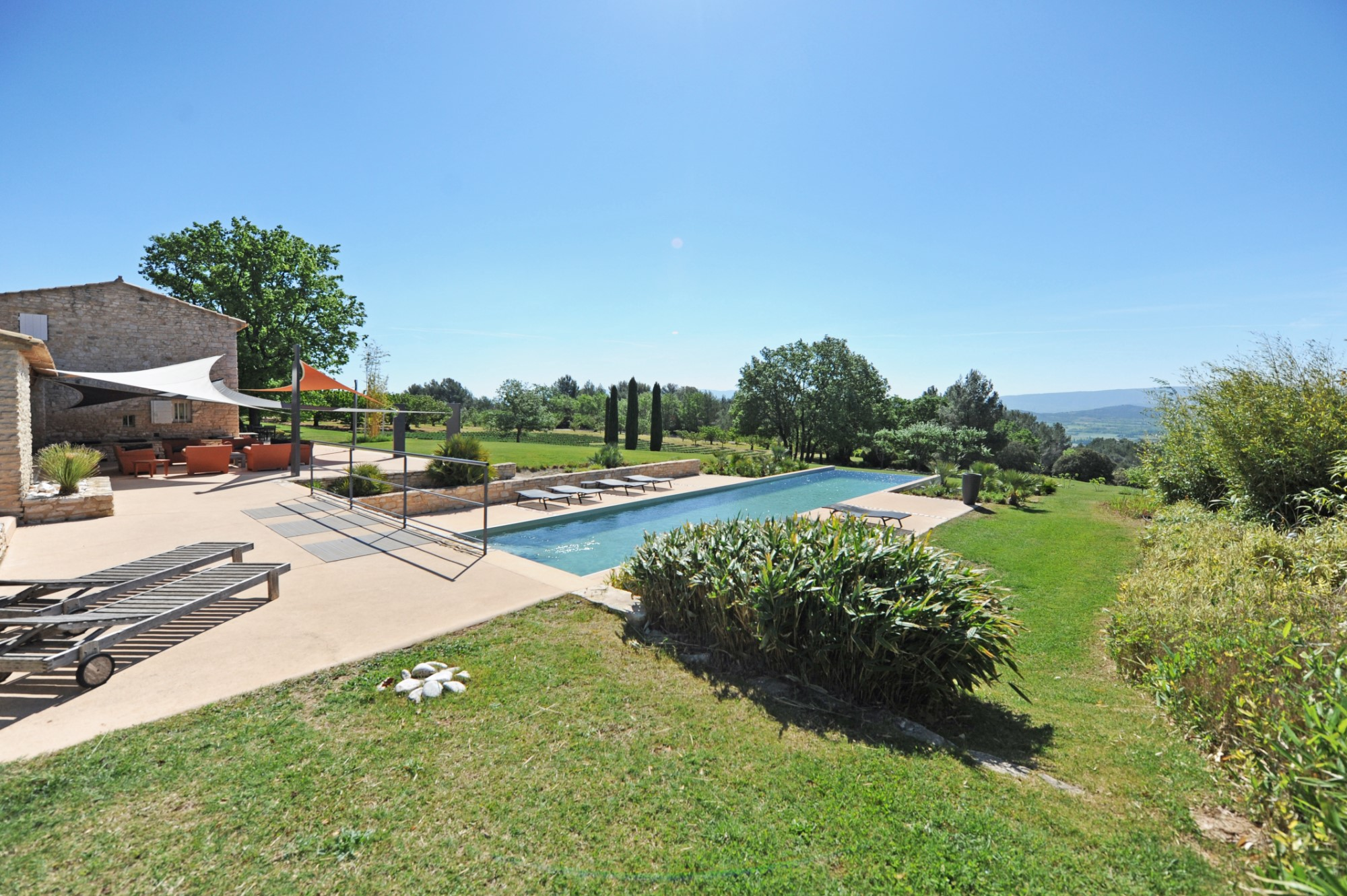 Belle maison d'agrément avec piscine et vue superbe