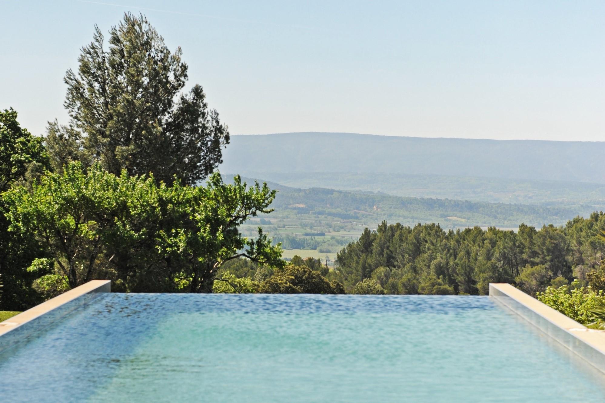 Maison avec piscine à débordement et vue sur le Luberon