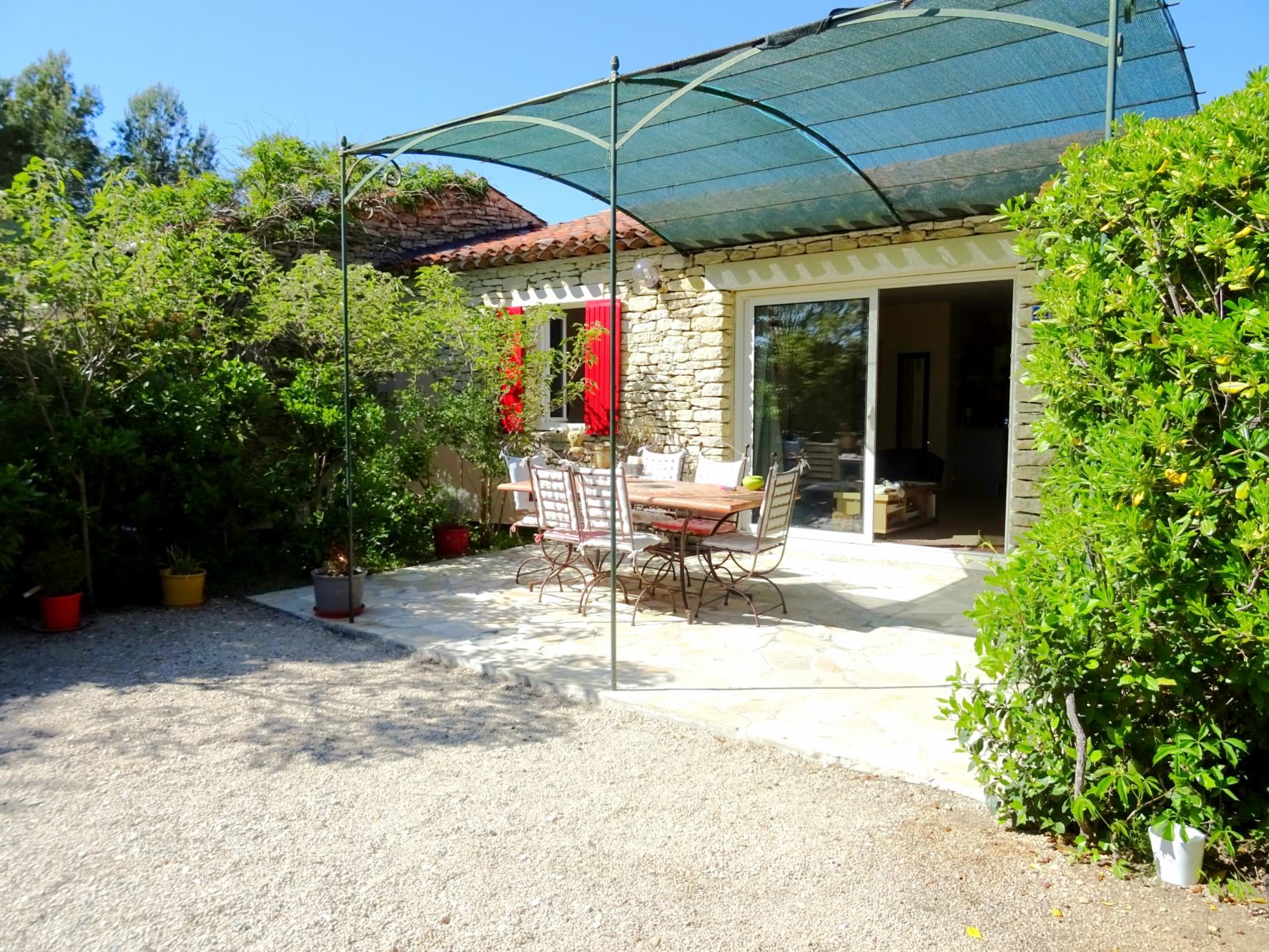Maison meublée en pierres apparentes à vendre, très proche du centre de Gordes