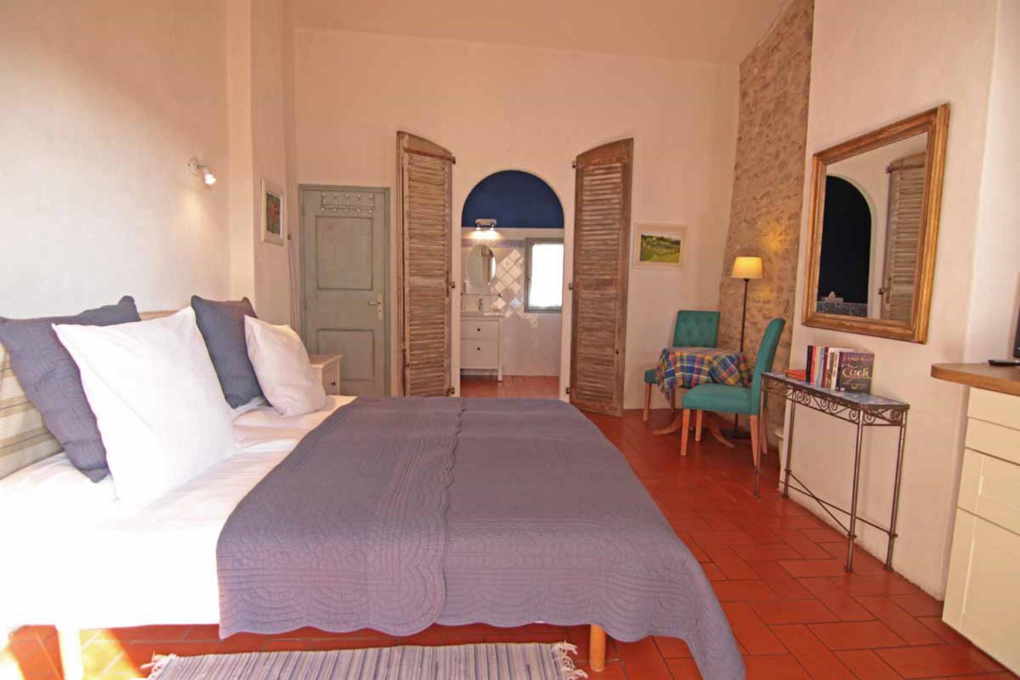 A vendre aux portes du Luberon,  propriété constituée de plusieurs bâtiments, avec jardin paysagé et piscine