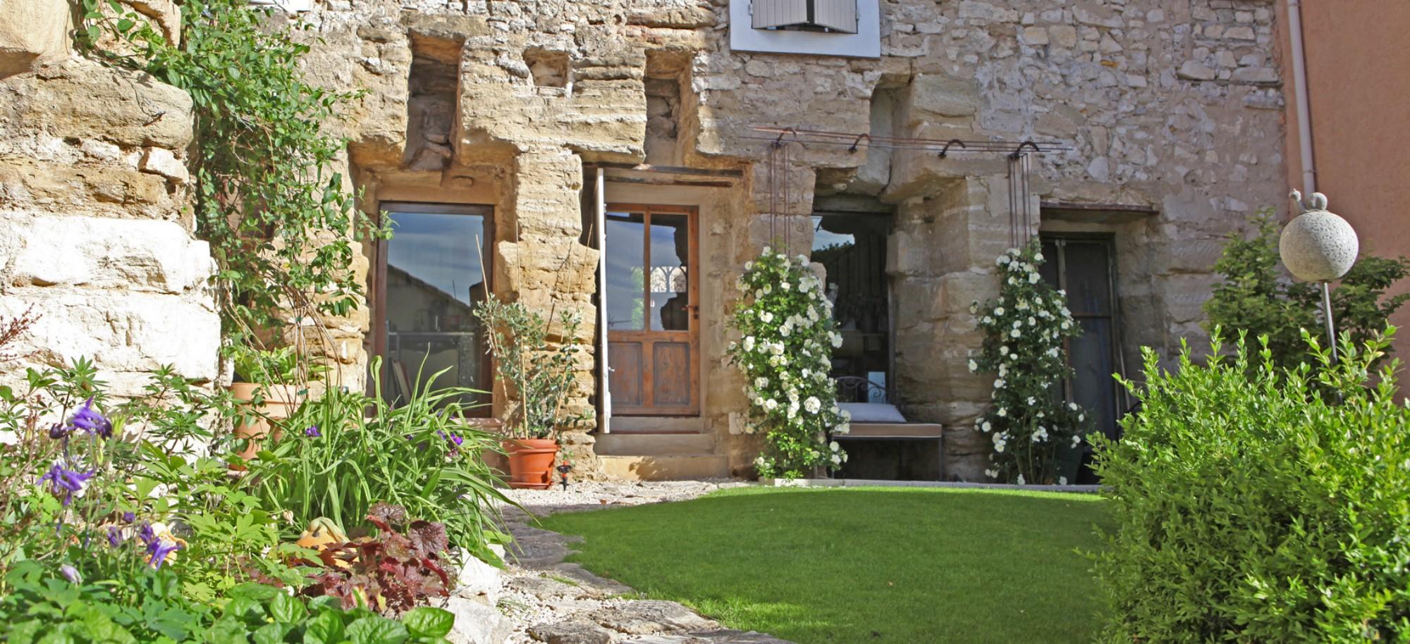 ventes a vendre aux portes du luberon propri t constitu e de plusieurs b timents avec jardin. Black Bedroom Furniture Sets. Home Design Ideas