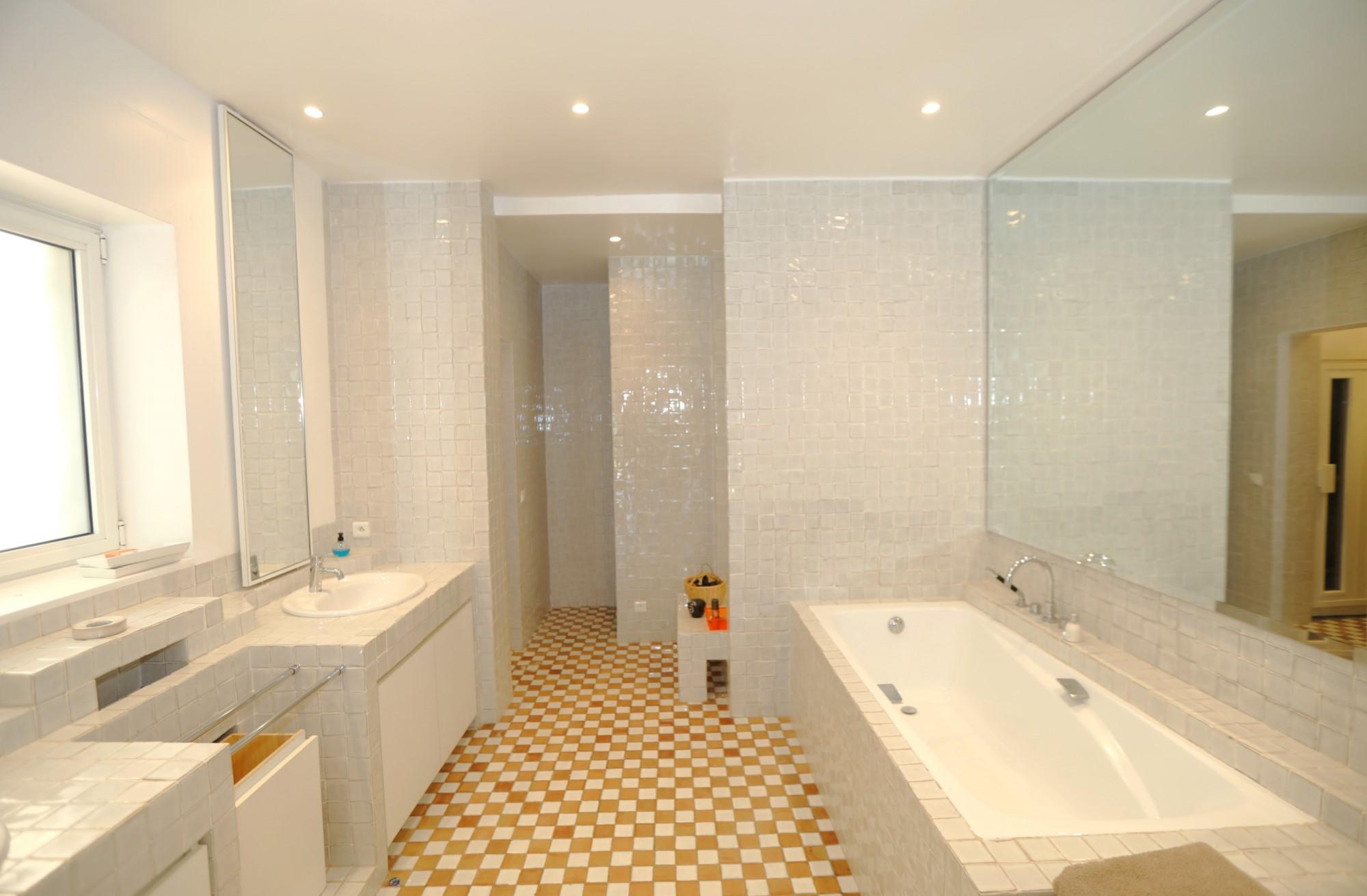 Superbe propriété de trois habitations, avec piscine, à vendre face au Luberon