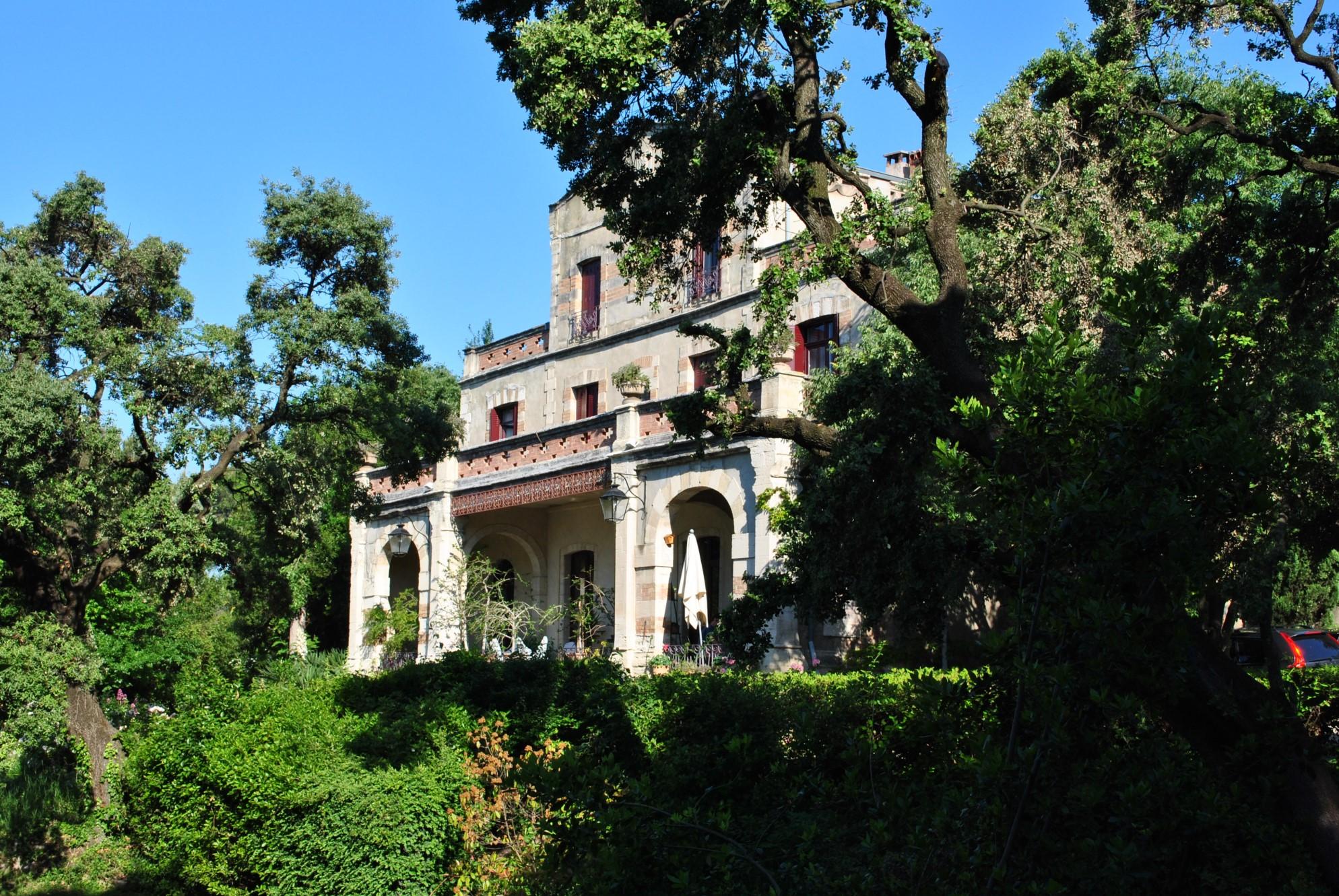 Propriété de charme avec 3 habitations et tennis en Provence