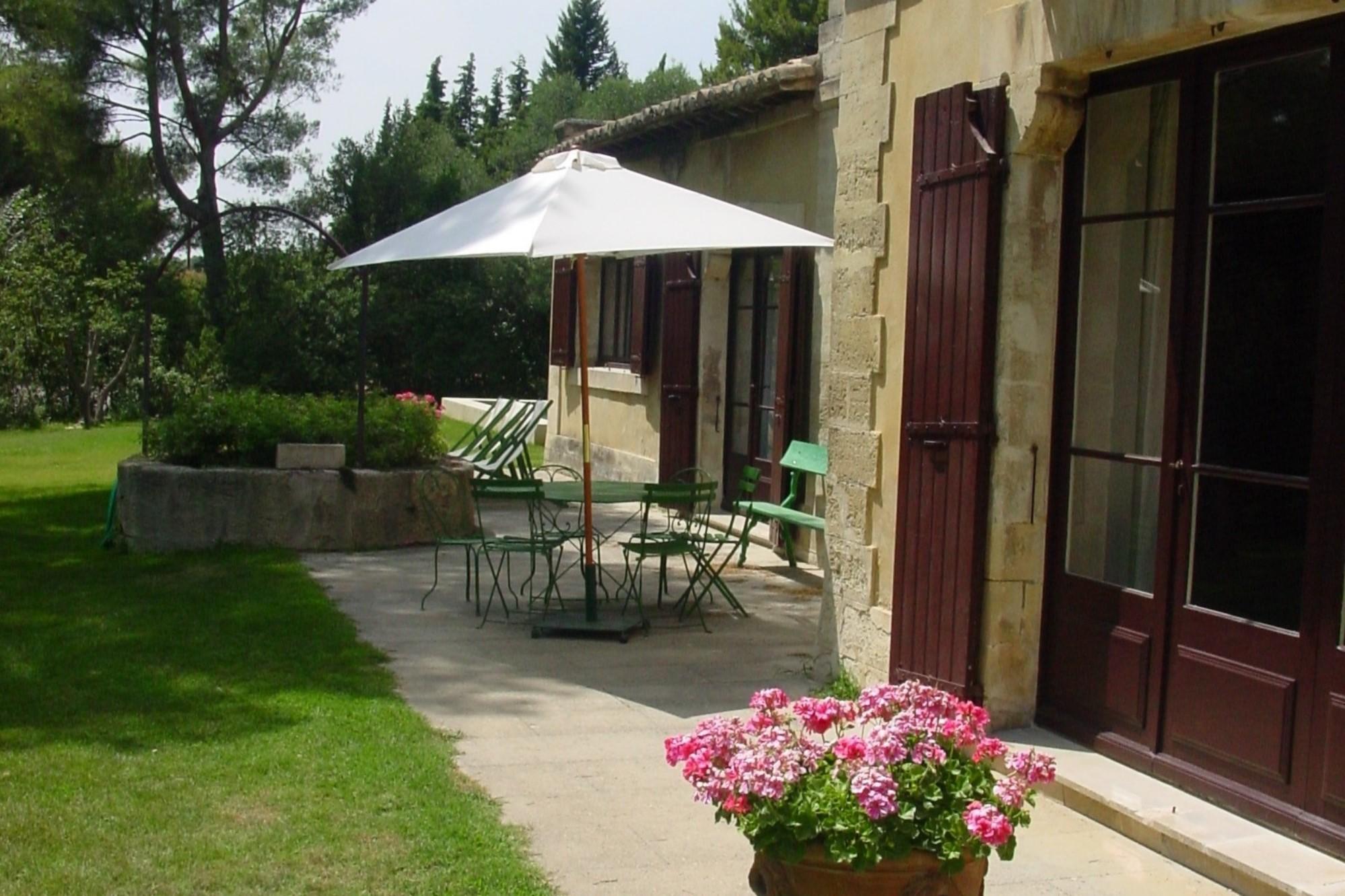 Proche de Villeneuve-lès-Avignon, maison ancienne au charme Provençal avec piscine et tennis