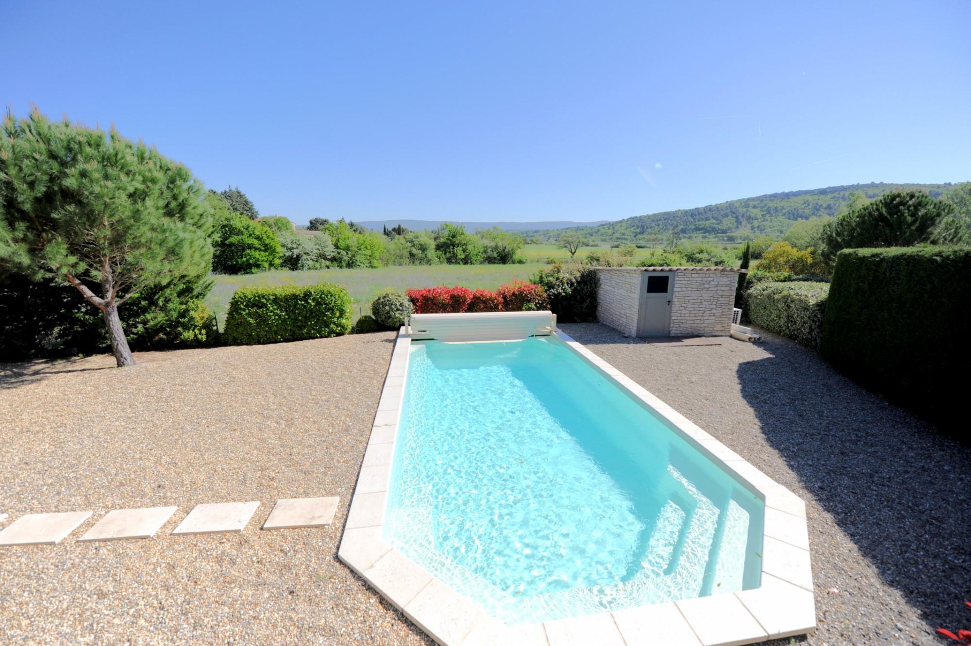 Maison en pierres avec piscine et vue sur le Luberon en Provence