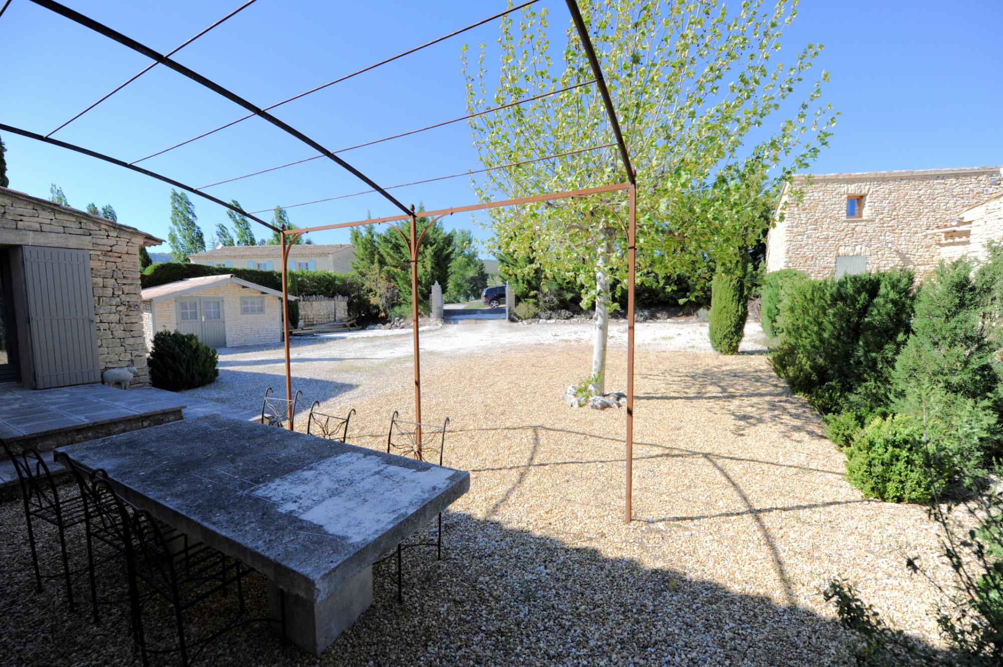 A Gordes, maison en pierres, avec piscine et vue sur le Luberon