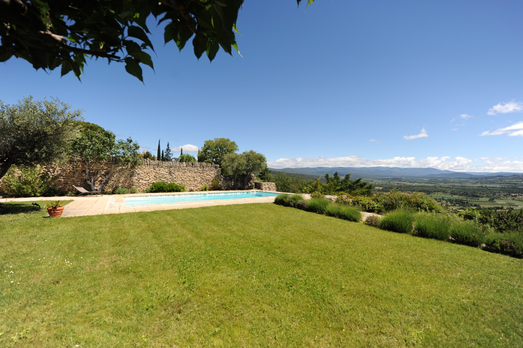 A Gordes, belle maison de village avec piscine et vue sublime