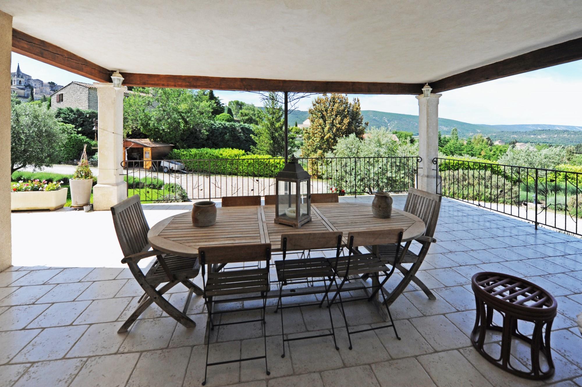 A vendre à Bonnieux, jolie bastide face au village, avec vue sur la vallée du Luberon