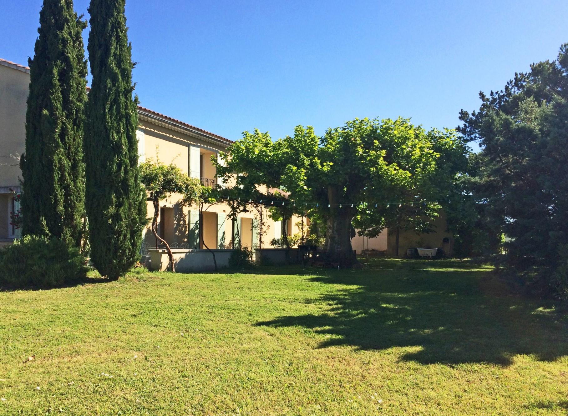 Comtat Venaissin, proche Luberon, mas de 1840 avec 2 gites et piscine sur un large terrain