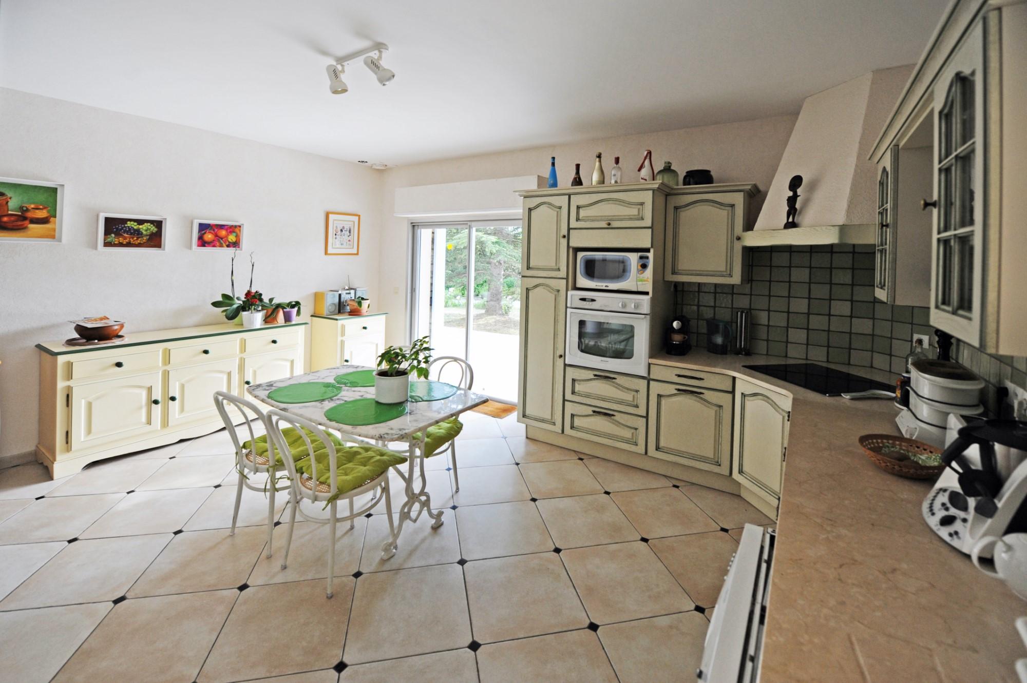 A vendre à Cabrières d'Avignon, maison d'Architecte avec piscine, dans la pinède