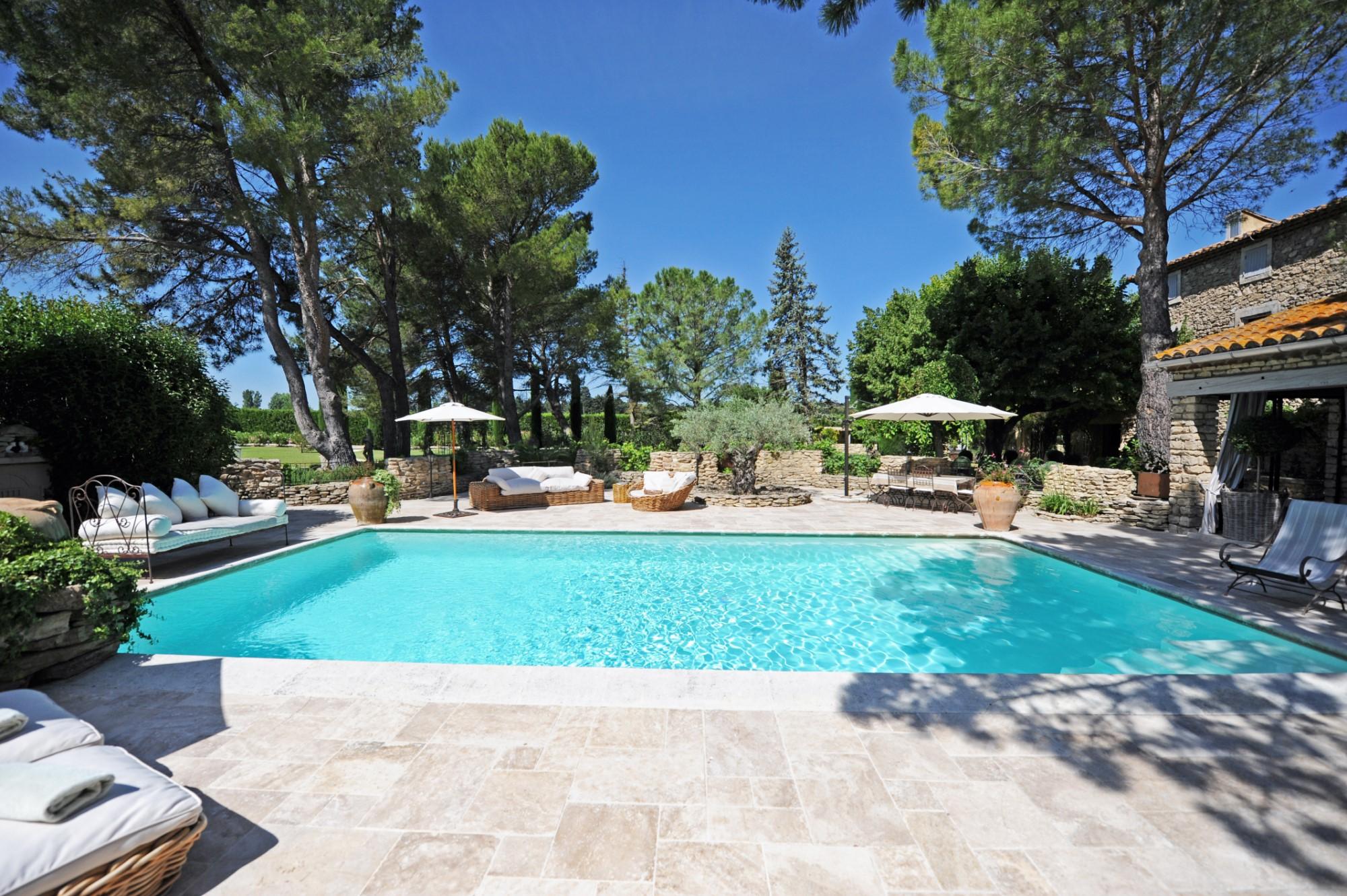 Propriété en pierres avec piscine proche Luberon