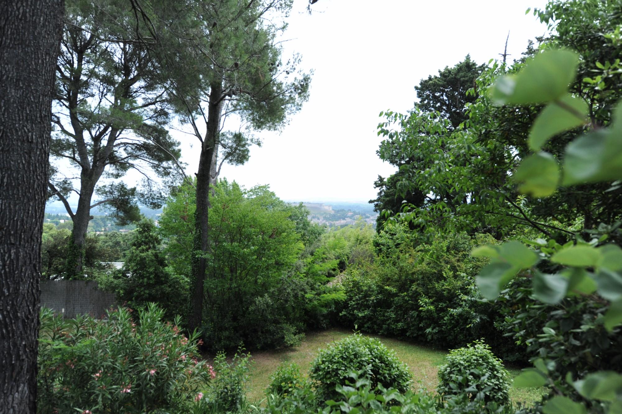 A vendre à Villeneuve-lès-Avignon, villa avec piscine dans un écrin de verdure