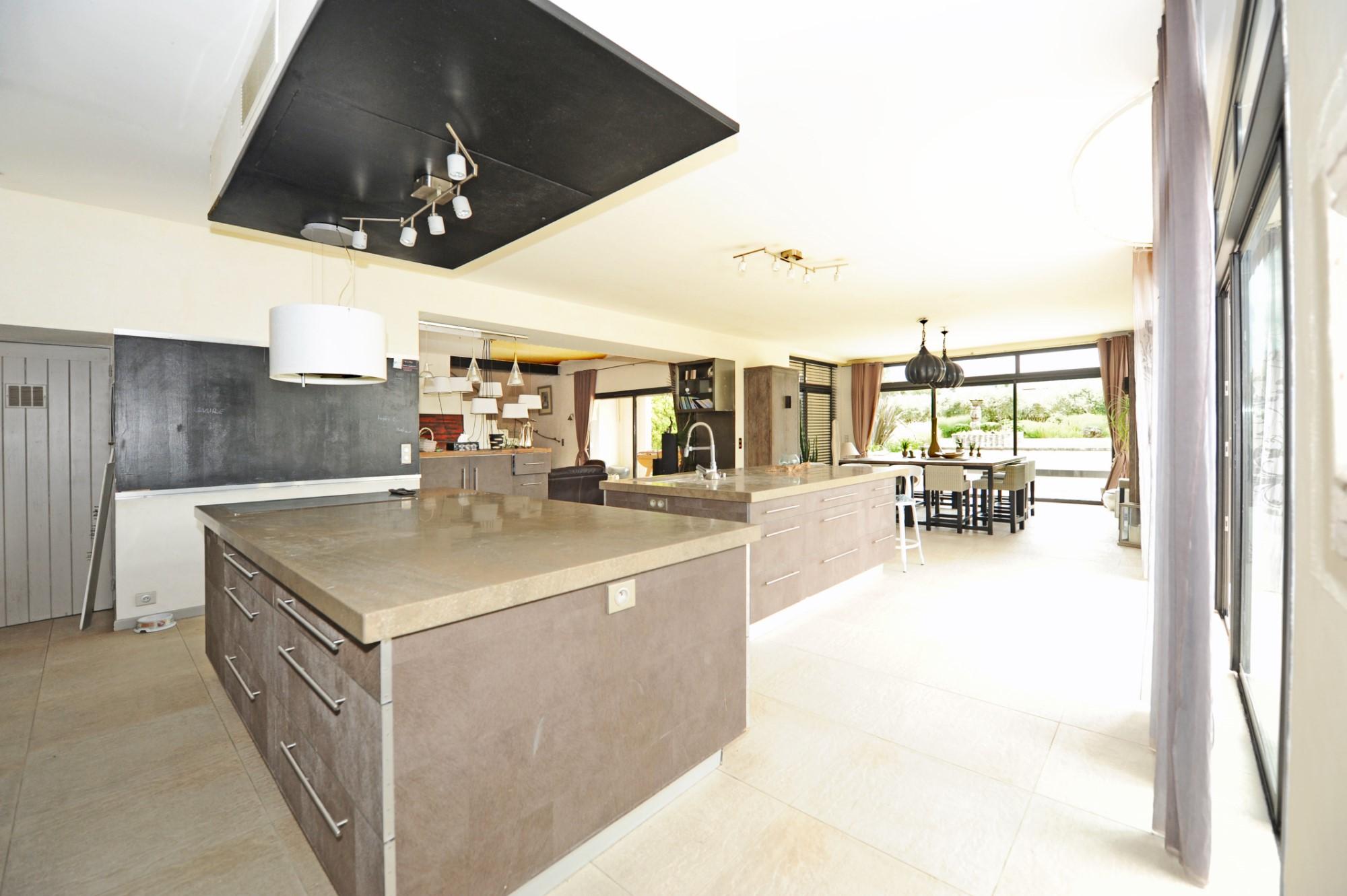 A vendre à St Rémy de Provence, maison d'architecte avec piscine, jacuzzi et half-court